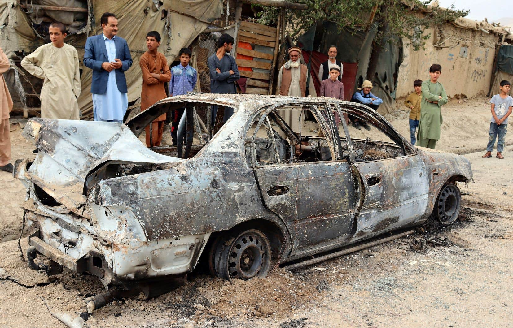Le départ des troupes américaines d'Afghanistan a amorcé le retour rapide des talibans au pouvoir, compliquant ainsi les programmes d'évacuation du pays lancés depuis le 14 août dernier. Sur la photo, une voiture endommagée par un tir de roquette à Kaboul, lundi.