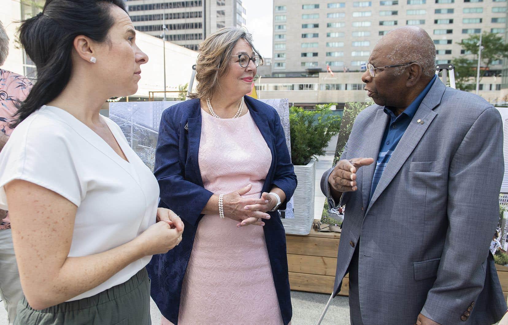 Kelly Peterson, épouse d'Oscar Peterson, au centre, s'entretient avec la mairesse de Montréal Valérie Plante, à gauche, et le musicien Oliver Jones.