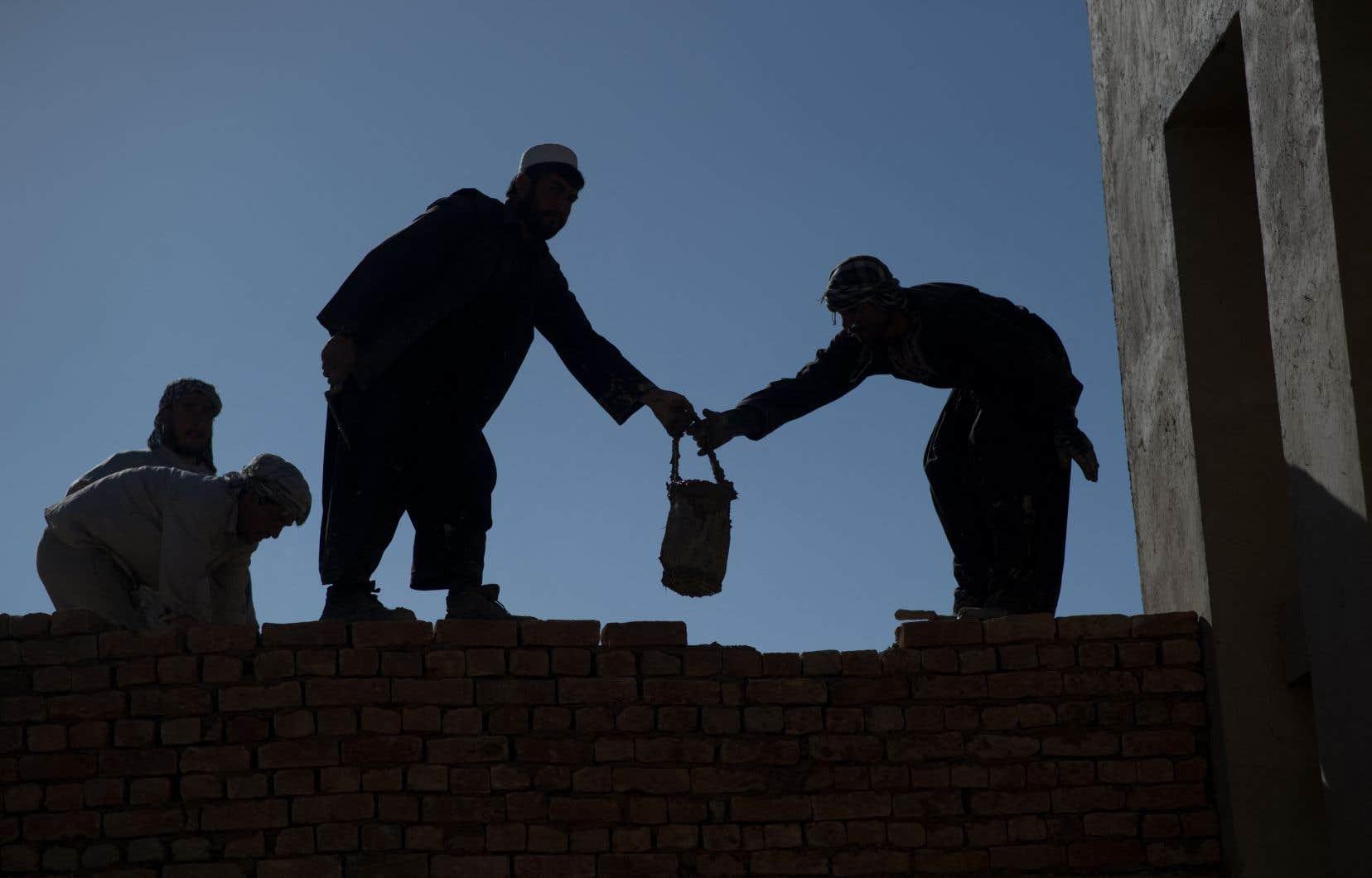 Des étudiants afghans, soutenus par une fondation à but non lucratif, travaillent à la réfection d'un monument à Kaboul en 2012.