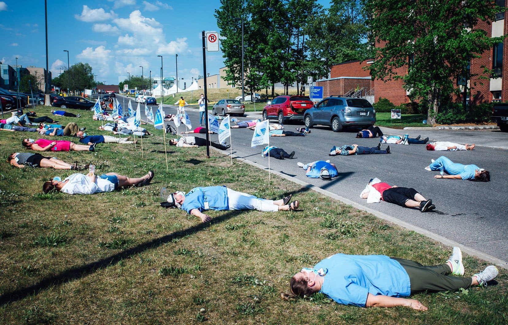 La pénurie d'infirmières est criante dans tout le Québec, ce qui a de lourdes conséquences pour les patients et les soignantes. En juin 2020, à l'initiative de la FIQ, le personnel de l'hôpital de Saint-Jérôme avait manifesté pour réclamer plus de temps de repos.