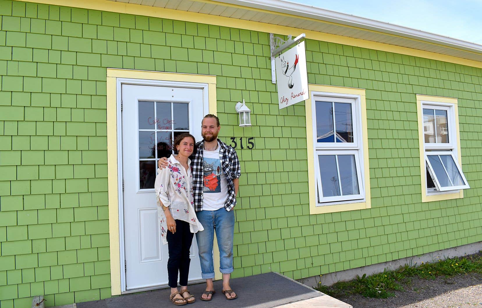 Les deux propriétaires de Chez Renard ont reçu une réponse très positive dès l'ouverture de leur café-buvette à Cap-aux-Meules il y a six mois.