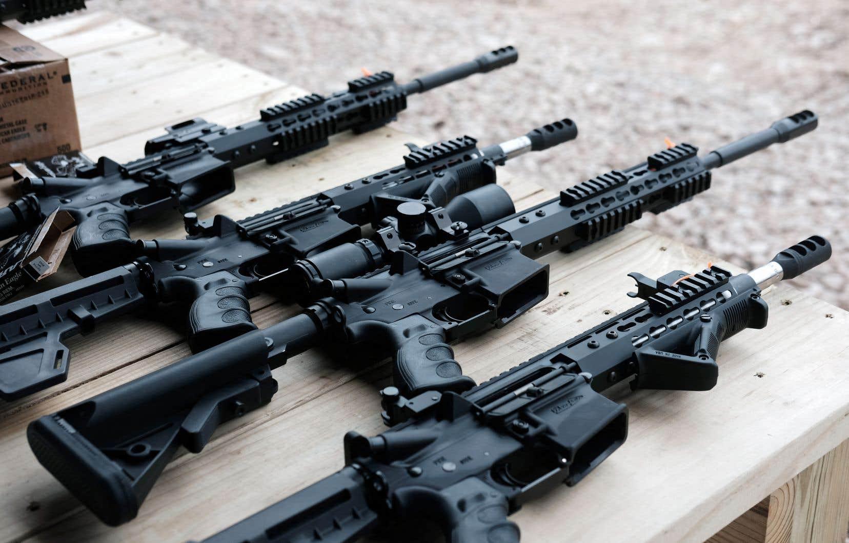 Plus de 1500 modèles de fusils d'assaut, dont ceux de type AR-15, sont prohibés par un décret du gouvernement libéral depuis mai 2020.