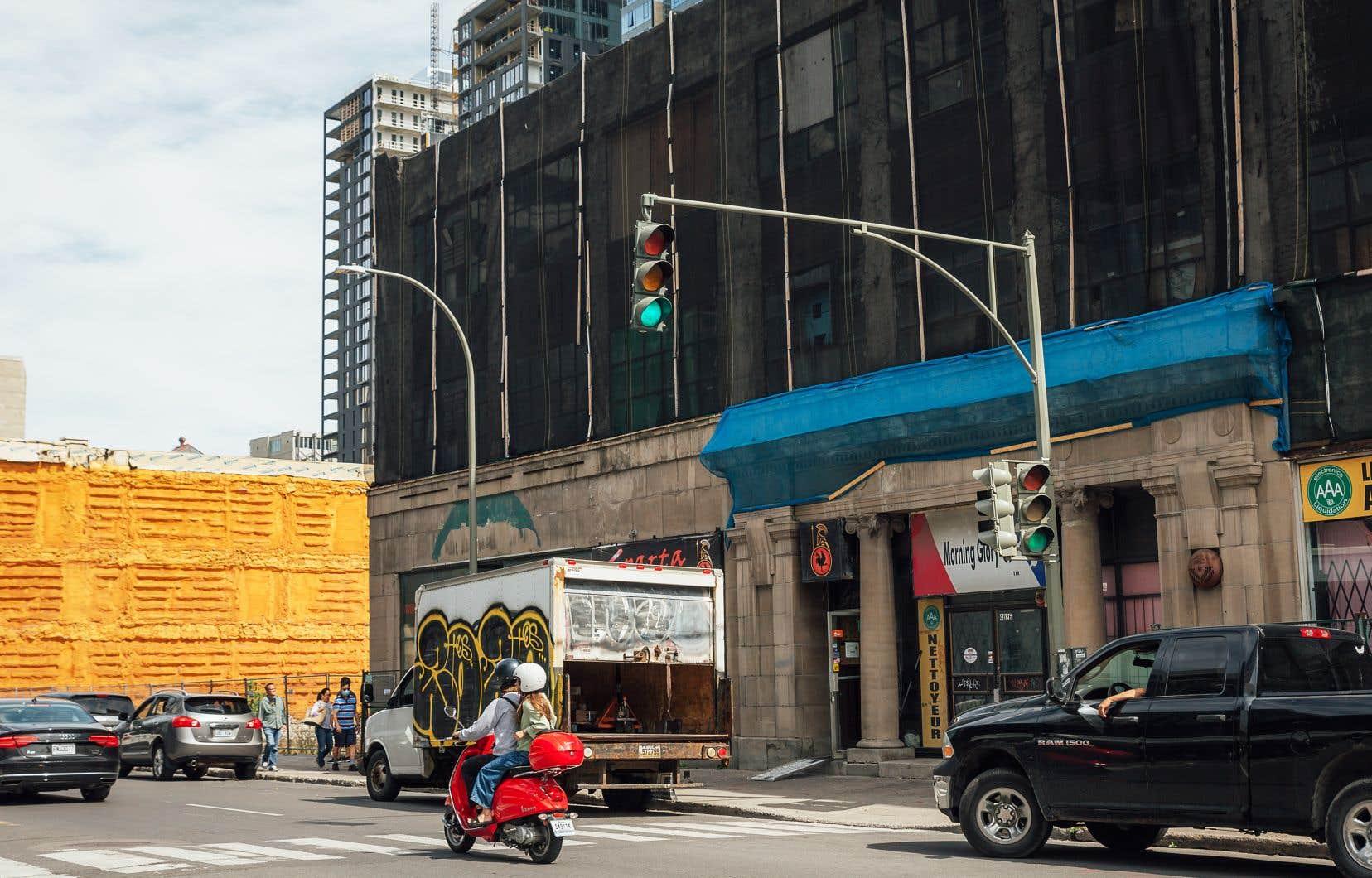 Le Collège Dawson convoite ce bâtiment commercial de la rue Sainte-Catherine Ouest pour son projet d'agrandissement.