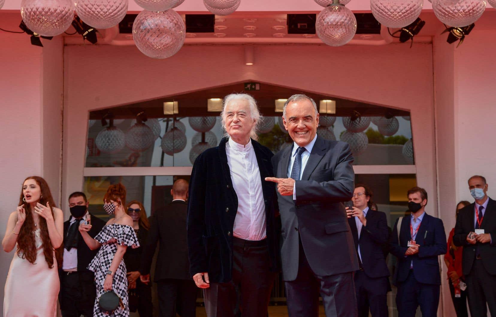 Le directeur du 78e festival de Venise, Alberto Barbera (à droite), accueille le guitariste, producteur de musique et fondateur du groupe Led Zeppelin, Jimmy Page, à la présentation du documentaire «Becoming Led Zeppelin».