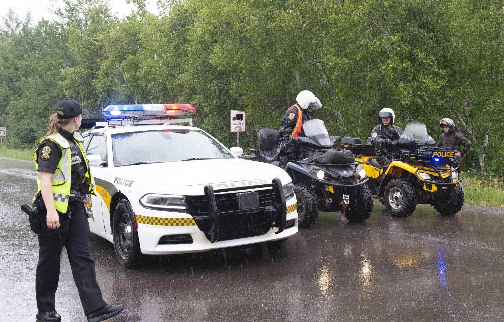La porte-parole de la SQ Hélène St-Pierre avait indiqué qu'en plus de faire des recherches au sol et dans les airs, les policiers ont utilisé des haut-parleurs, samedi, pour tenter de communiquer avec le suspect.