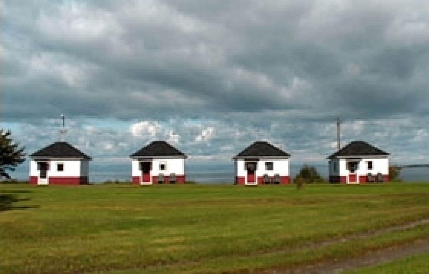 Le long de la route 132, Cabines capte la beauté discrète de ces maisonnettes donnant l'illusion du bungalow pour ces nombreux voyageurs qui voulaient fuir leur quotidien.