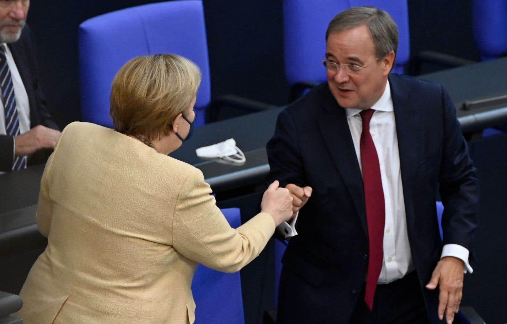 Devant les députés du Bundestag pour la dernière fois réunis en séance plénière, la chancelière allemande a offert son soutien au candidaten pleine tourmente Armin Laschet.