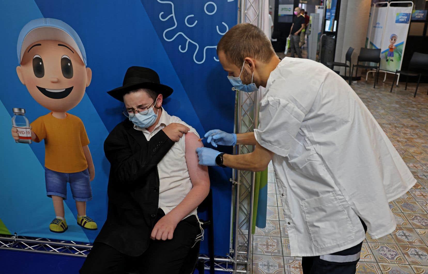 L'immunité vaccinale décline avec le temps, selon une étude effectuée sur la population israélienne, l'une des premières à avoir reçu ses deux doses de vaccin contre la COVID-19.