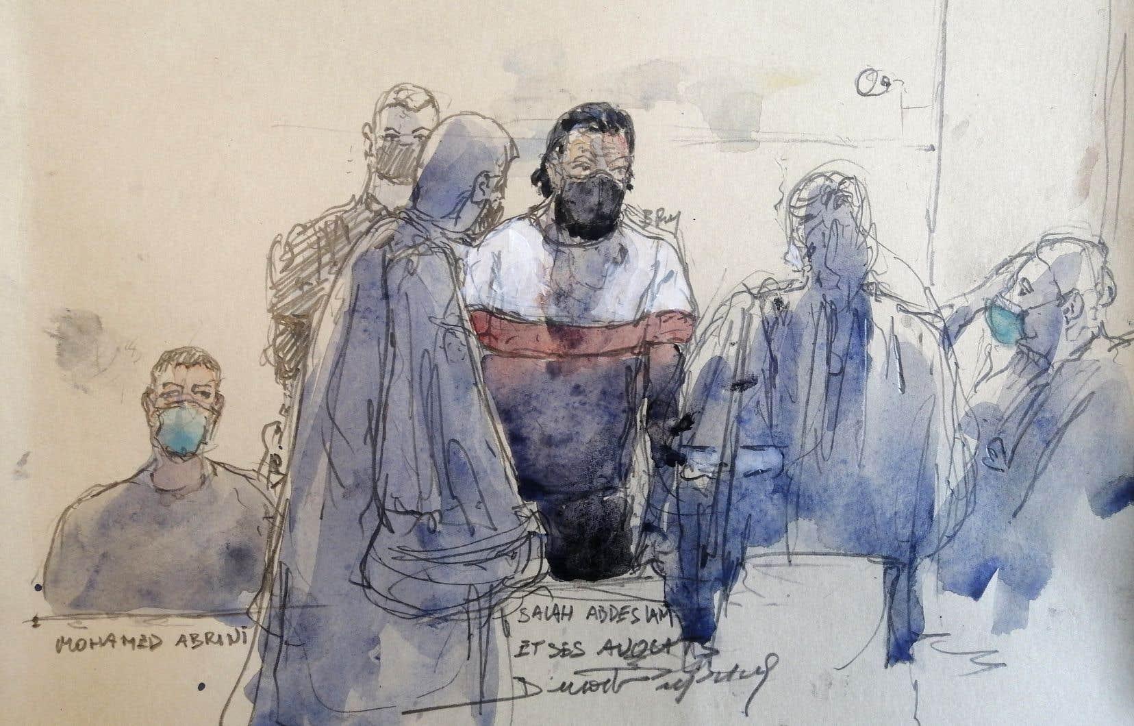 Croquis réalisé lors du 2e jour du procès des attentats de Paris de novembre 2015 et montrant le principal suspect, Salah Abdeslam (au centre), ainsi que son coaccusé Mohamed Abrini (à gauche)