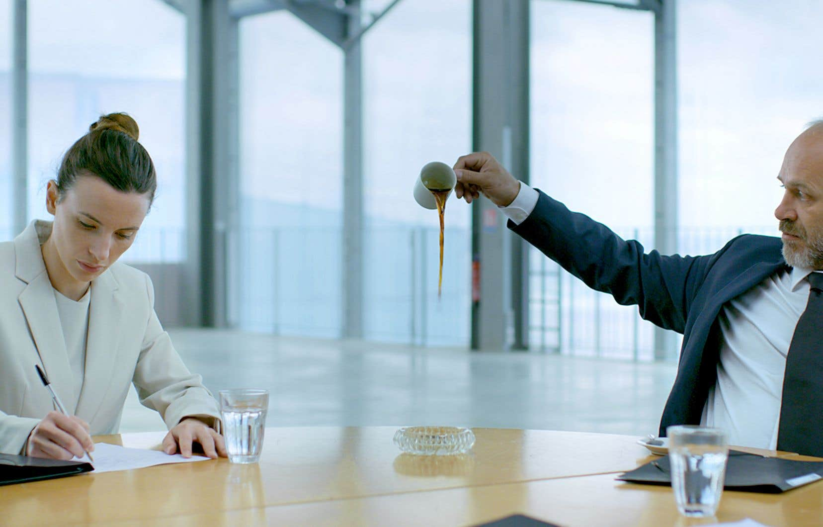 Une image tirée de la vidéo «Top/Down», de Romana Schmalisch et Robert Schlicht, une œuvre présentée à l'expo «Souriez! Les émotions au travail», au Musée d'art de Joliette.