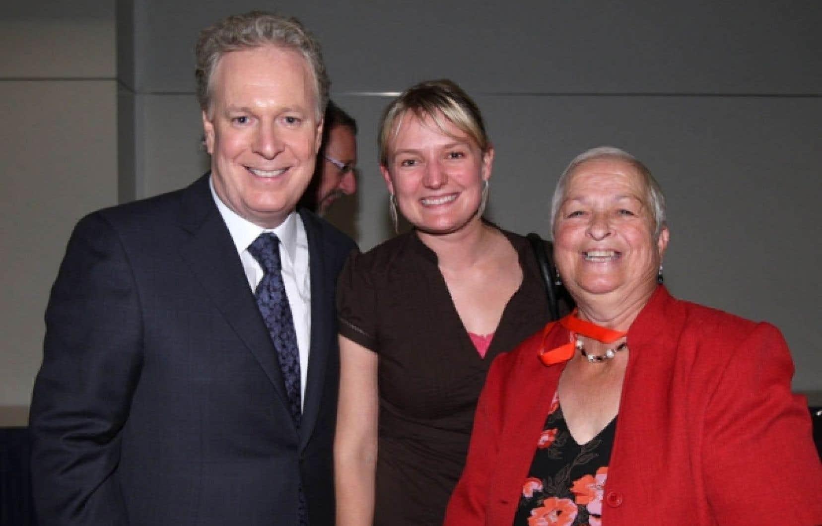 Isabelle Sabourin (au centre) jumelée à Paulette Lalande, mairesse de Plaisance, en compagnie de Jean Charest, lors du congrès de la FQM en 2010