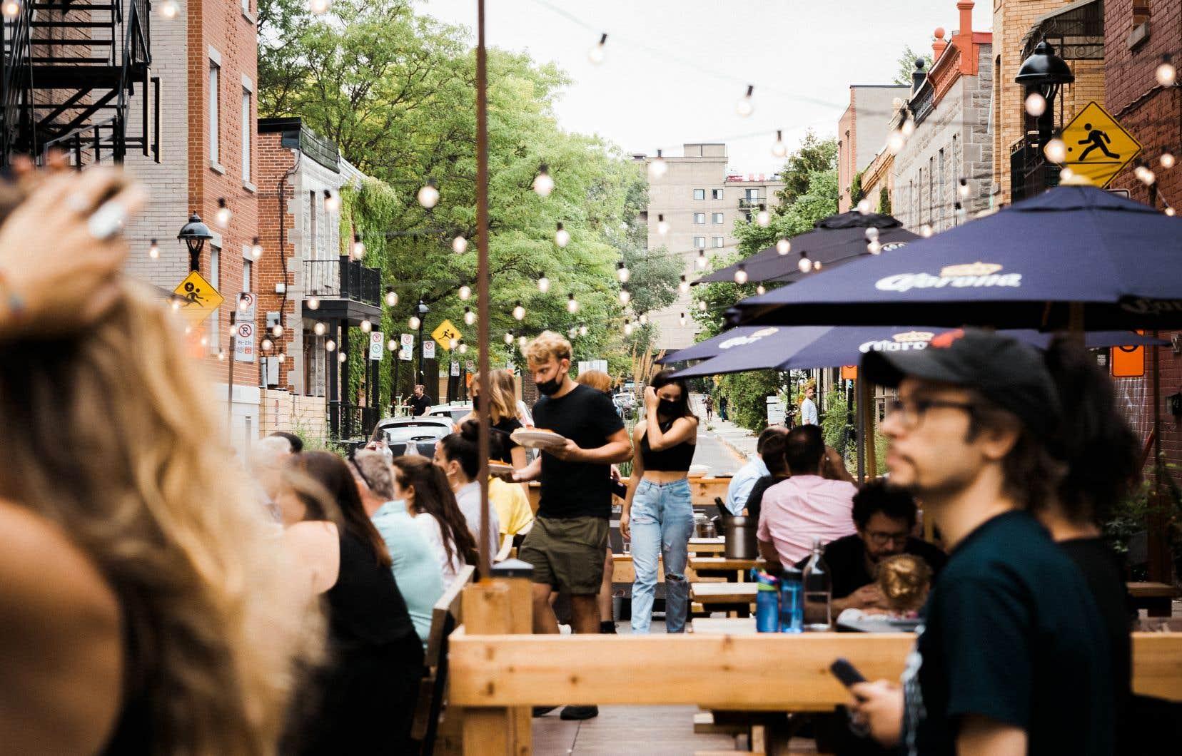 Le nombre de cas de COVID-19 en lien avec les bars et restaurants est passé d'une douzaine le 10 août à 23 la semaine suivante, puis à 53 le 31 août, et enfin à 50 cas le 7 septembre, selon les données de la Direction de la santé publique de Montréal.
