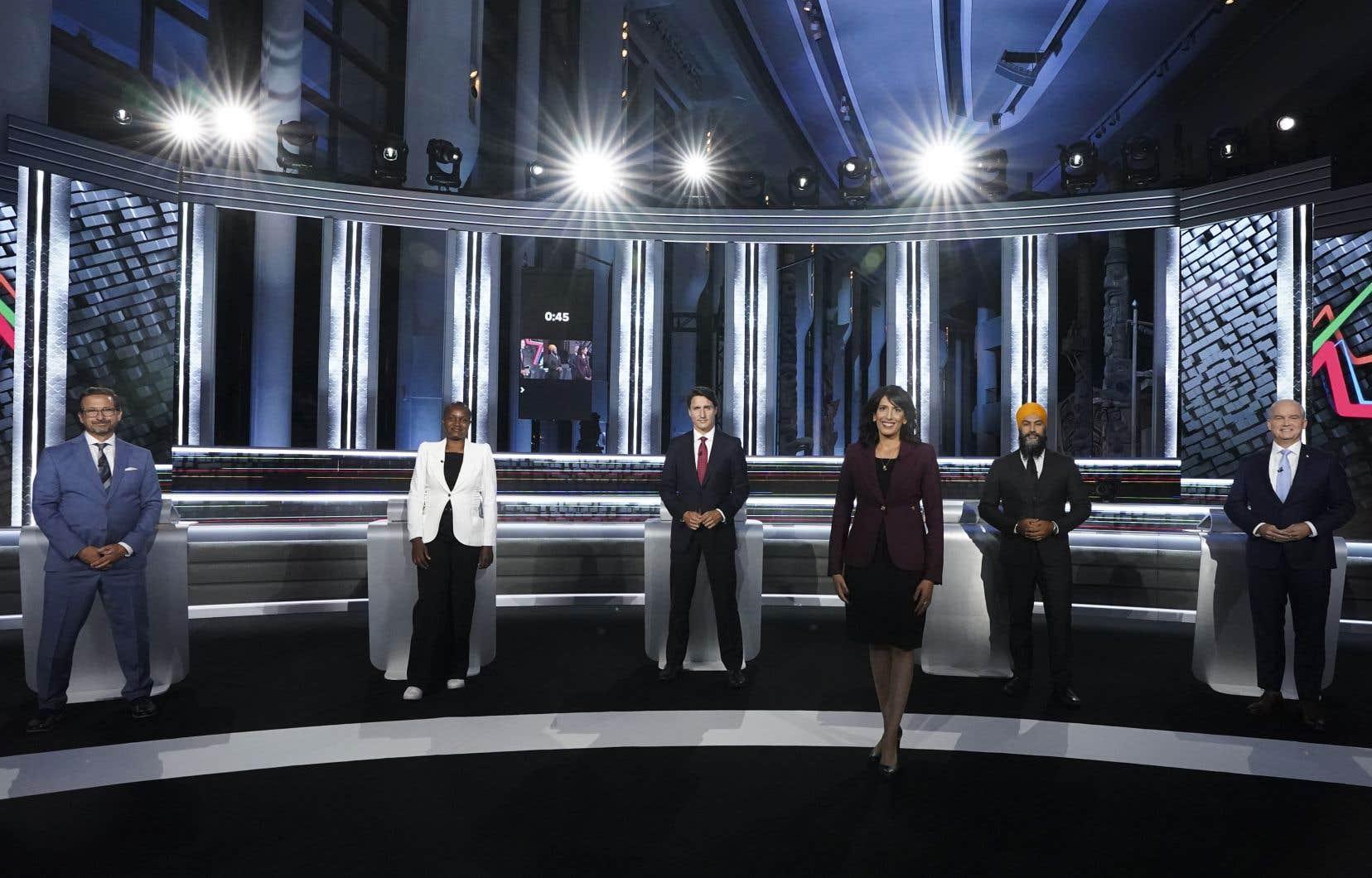 La présidente de la firme de sondage Angus Reid, Shachi Kurl (au premier plan), avait la responsabilité d'animer le seul débat des chefs de langue anglaise.