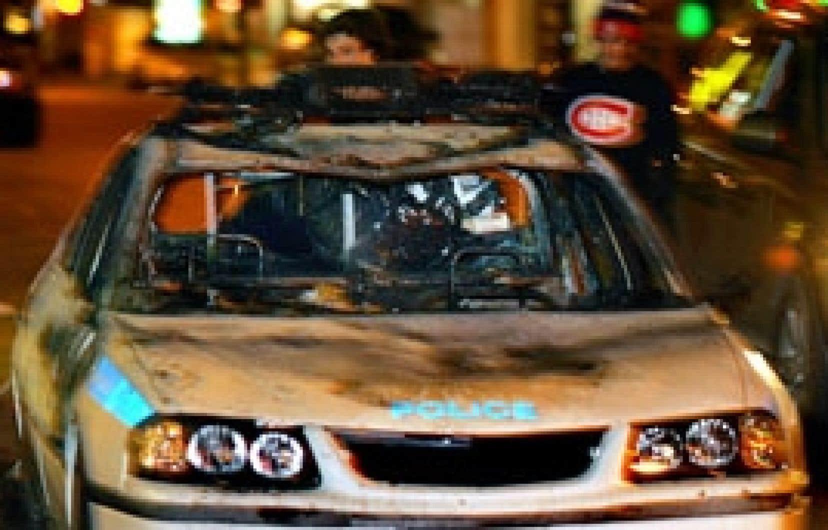 Une voiture de police incendiée après la victoire du Canadien contre les Bruins lundi.