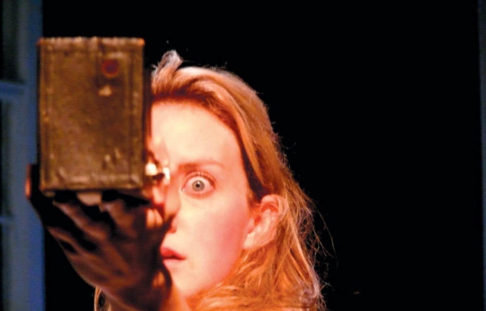 Larissa Corriveau dans Emily Dickinson, au théâtre La Chapelle