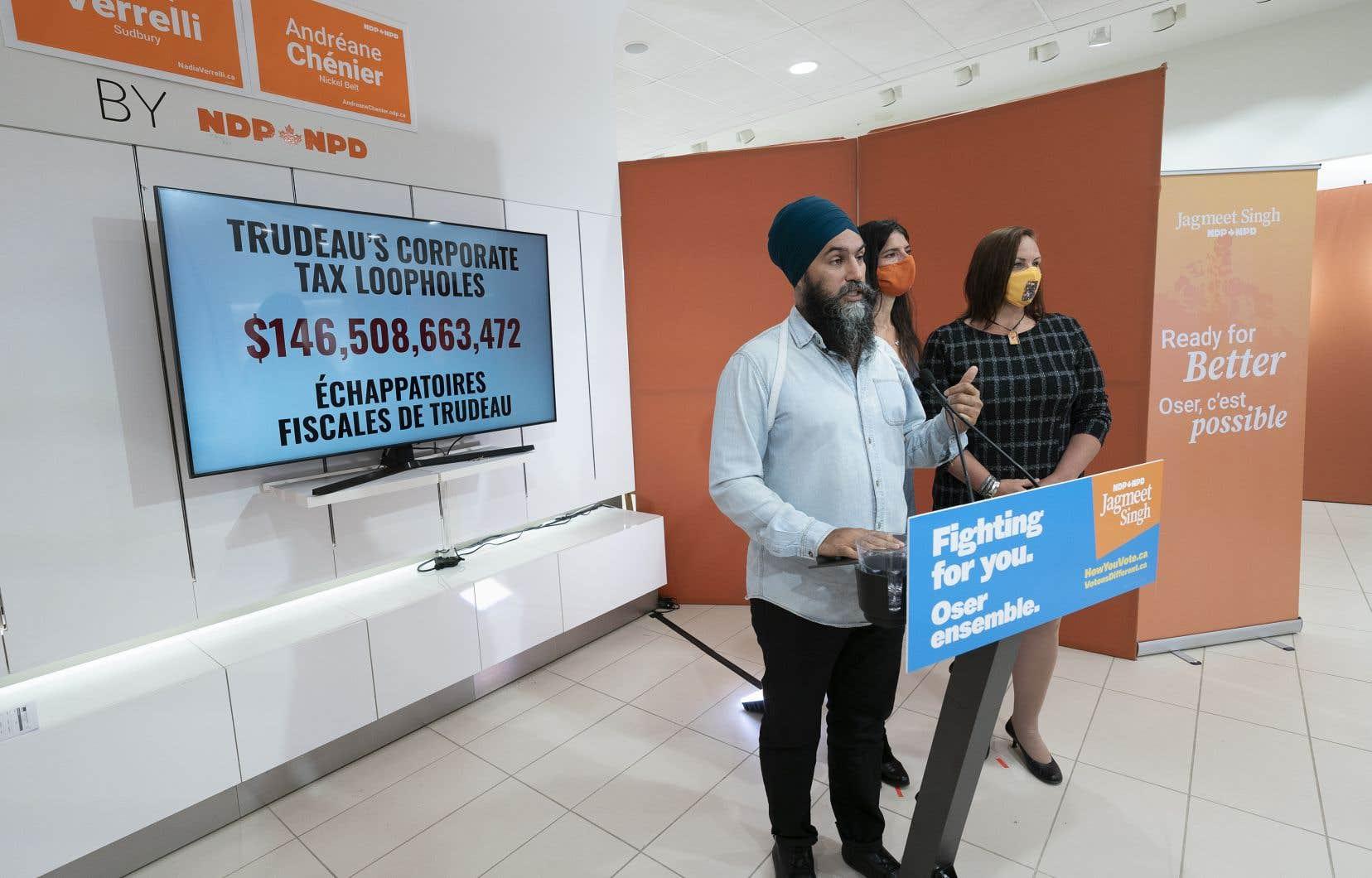 Lors d'un arrêt de campagne à Sudbury, en Ontario, M.Singh a déclaré que l'une des principales priorités de son parti était de combler les lacunes qui ont permis aux entreprises d'éviter de payer des impôts au Canada.