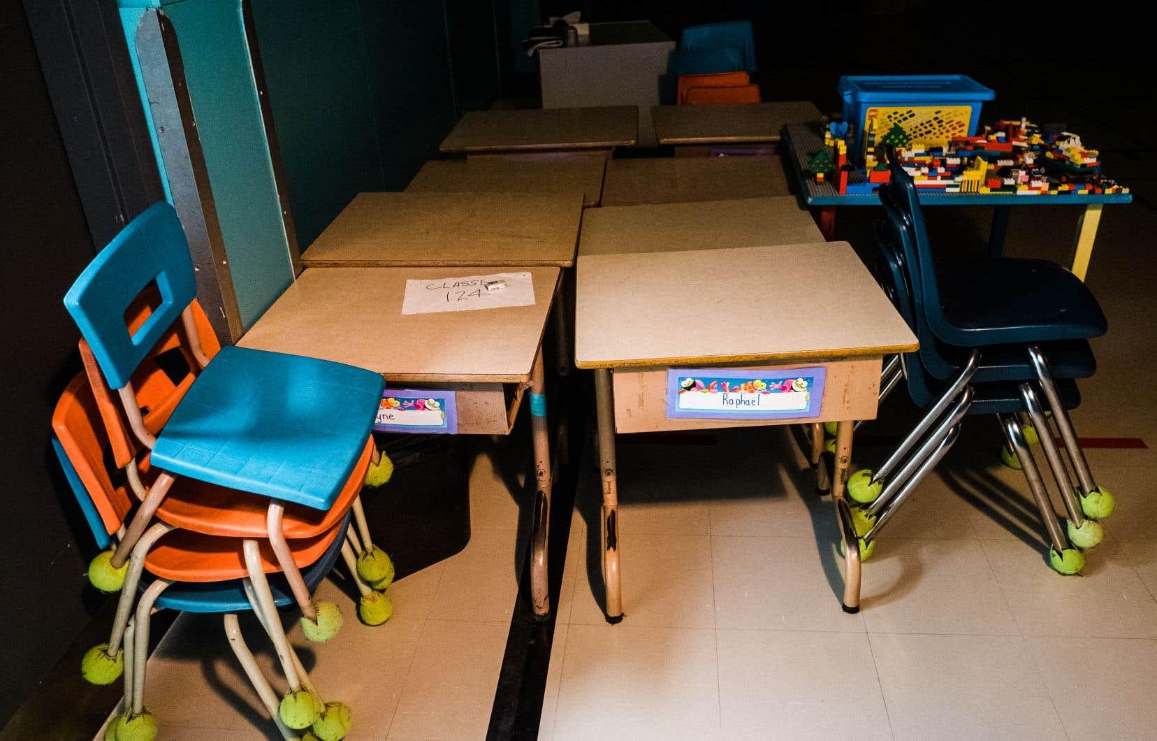 Les autorités espéraient que les classes pour environ 500 élèves de l'école Kisemattawa Kiskinwahamakew Kamik seraient annulées un temps seulement. Mais à mesure que les cas augmentaient dans la communauté, les responsables ont réalisé que les enfants étaient toujours plus en sécurité à la maison.