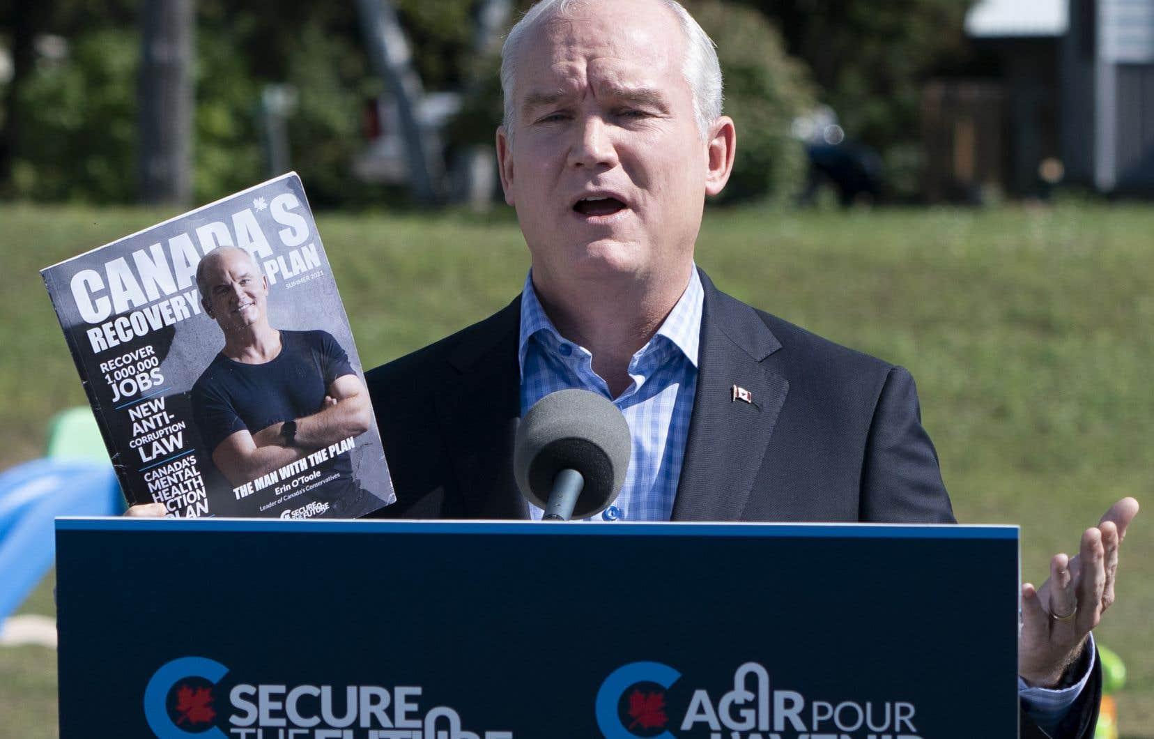 En campagne à Carp, près d'Ottawa, lundi, M.O'Toole a rappelé que les prestations fédérales actuelles permettent aux parents de toucher jusqu'à 55% de leurs revenus d'emploi, pour un maximum de 595$ par semaine.