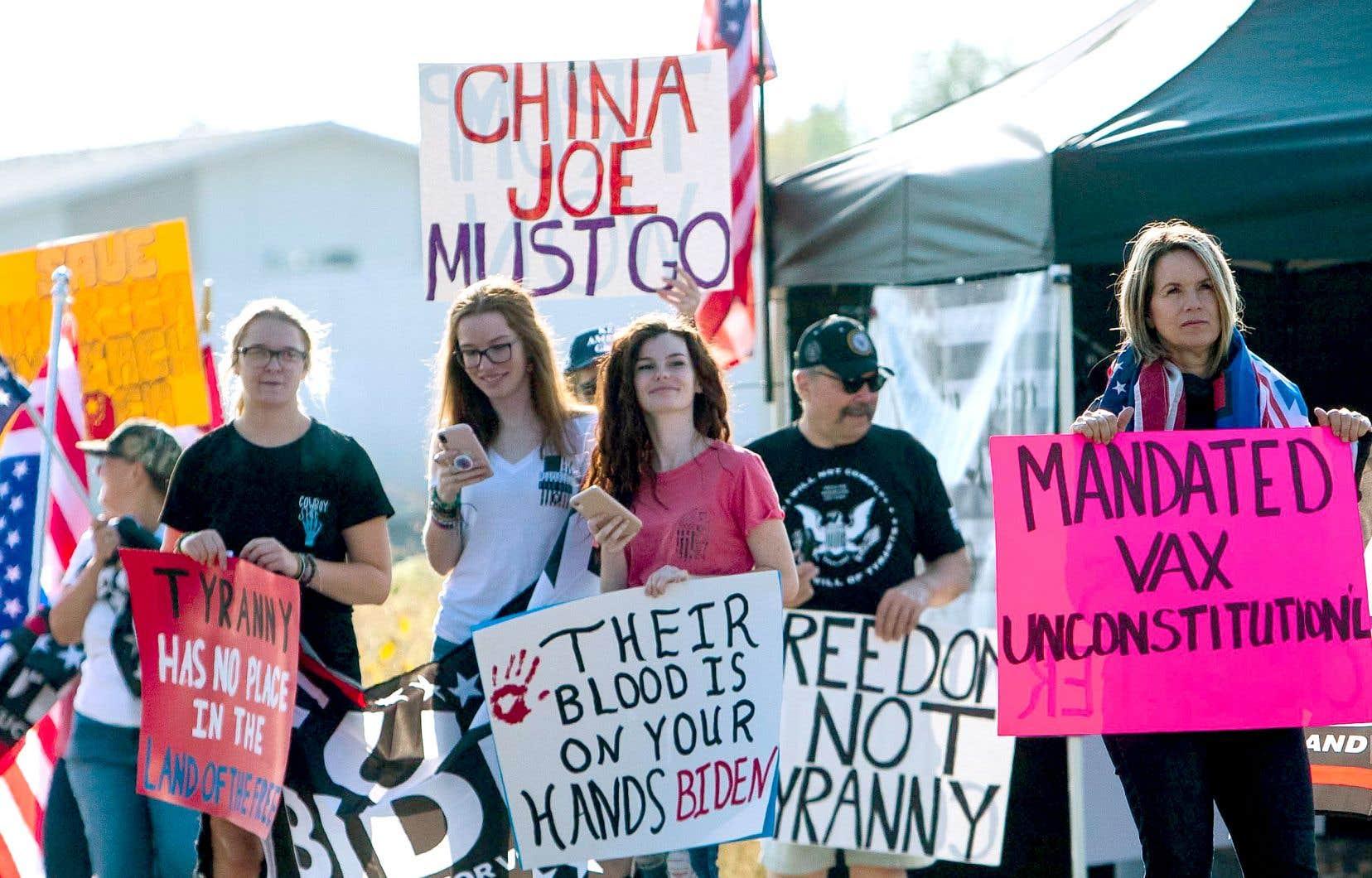 Environ 1000 manifestants contre les mesures sanitaires étaient là pour accueillir Joe Biden à Boise, en Idaho, où le président américain était en visite lundi. La fin du discours persuasif de la Maison-Blanche, qui prône désormais une approche plus contraignante pour élever le niveau de vaccination de la population des États-Unis, a déclenché un vent d'opposition qui ne cesse de s'intensifier chez les Américains opposés à cette protection contre la COVID-19.