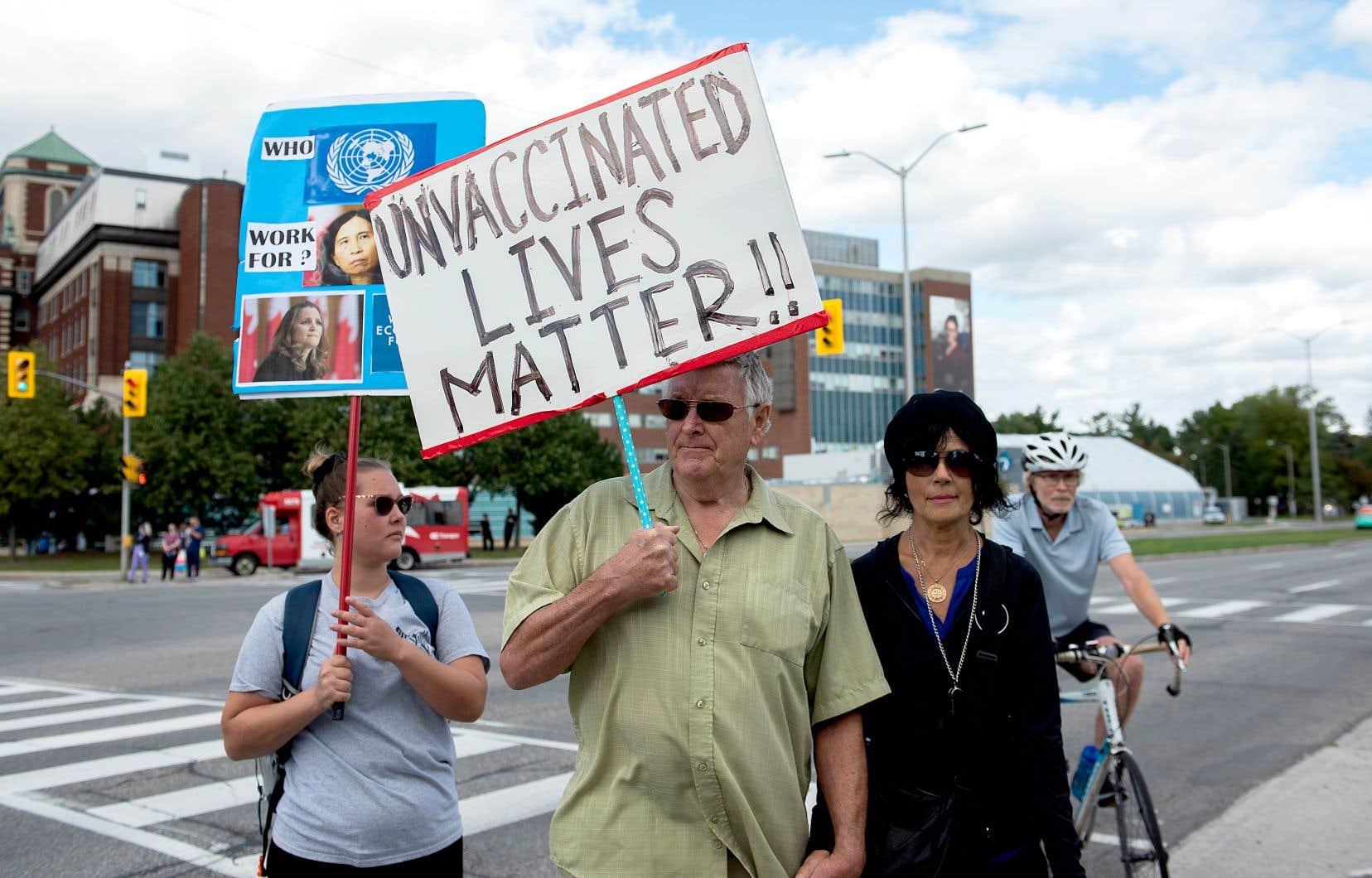 Des opposants aux mesures sanitaires manifestaient devant le campus Civic de l'hôpital d'Ottawa lundi. Les chefs fédéraux se sont unis pour dénoncer le fait que des antivaccins se réunissent devant les hôpitaux du pays, en bloquant parfois leur accès.