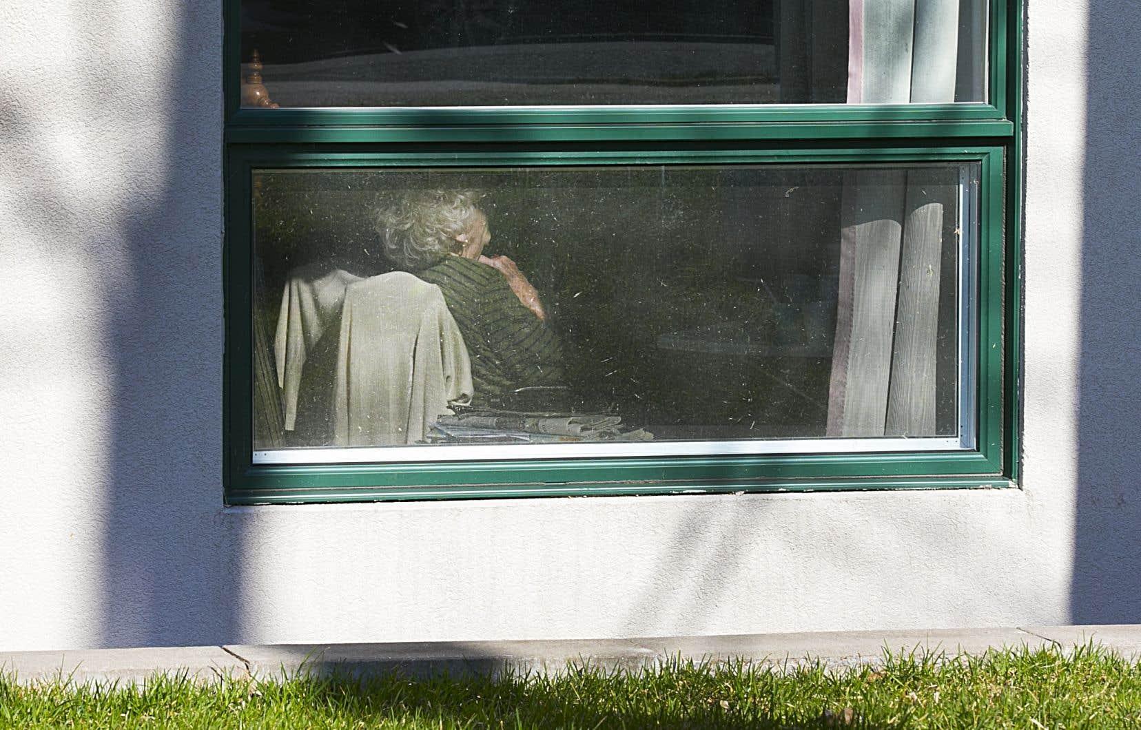 L'infirmière auxiliaire a reproché aux autorités d'avoir trop facilement inscrit la COVID-19 comme cause du décès des résidants pour masquer le fait que plusieurs étaient morts déshydratés ou mal nourris, faute de personnel.