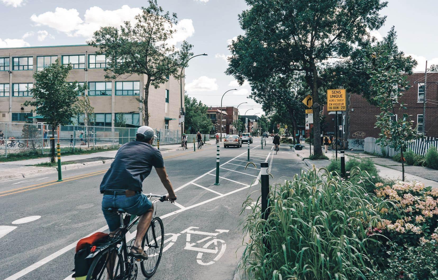 La rue Bellechasse est devenue a sens unique pour créer une deuxieme piste cyclable.