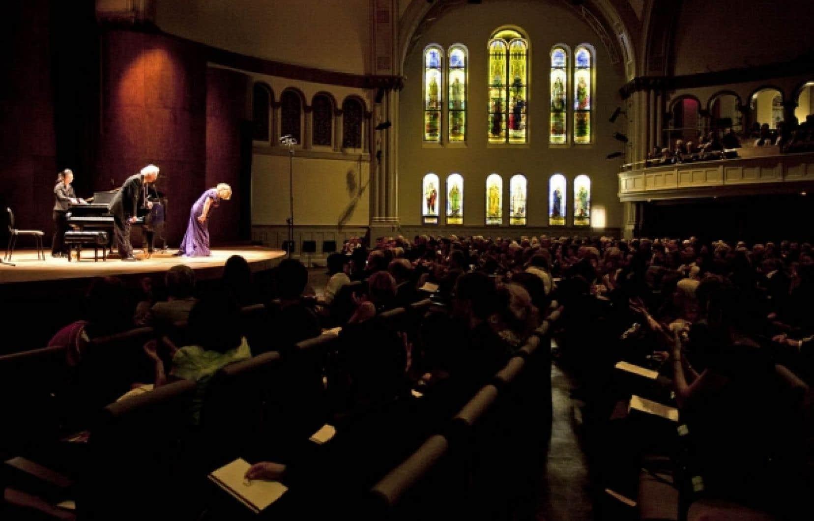 Montréal est doté depuis hier soir d'une autre nouvelle salle de concert, la Bourgie du Musée des beaux-arts de Montréal, et ce, trois semaines après la Maison symphonique. D'une capacité de 444 places, cette salle de la rue Sherbrooke, attenante au nouveau Pavillon d'art québécois et canadien du musée, est embellie par la présence de vitraux Tiffany rétroéclairés. Elle répond aux besoins de maints ensembles musicaux de la métropole et fonctionnera grâce aux revenus d'une fondation, la Fondation Arte Musica, constituée par le philanthrope et mécène des arts Pierre Bourgie. Les premières notes entendues, celles de la glorieuse introduction des Vêpres de la Vierge de Monteverdi, ont préludé à la création d'un Double trio d'Eliott Carter, 102 ans, doyen des compositeurs. Ce rapprochement visait à symboliser la diversité de la programmation artistique du nouveau lieu. Les concerts publics dans cette nouvelle salle auront lieu à partir du 11 octobre.