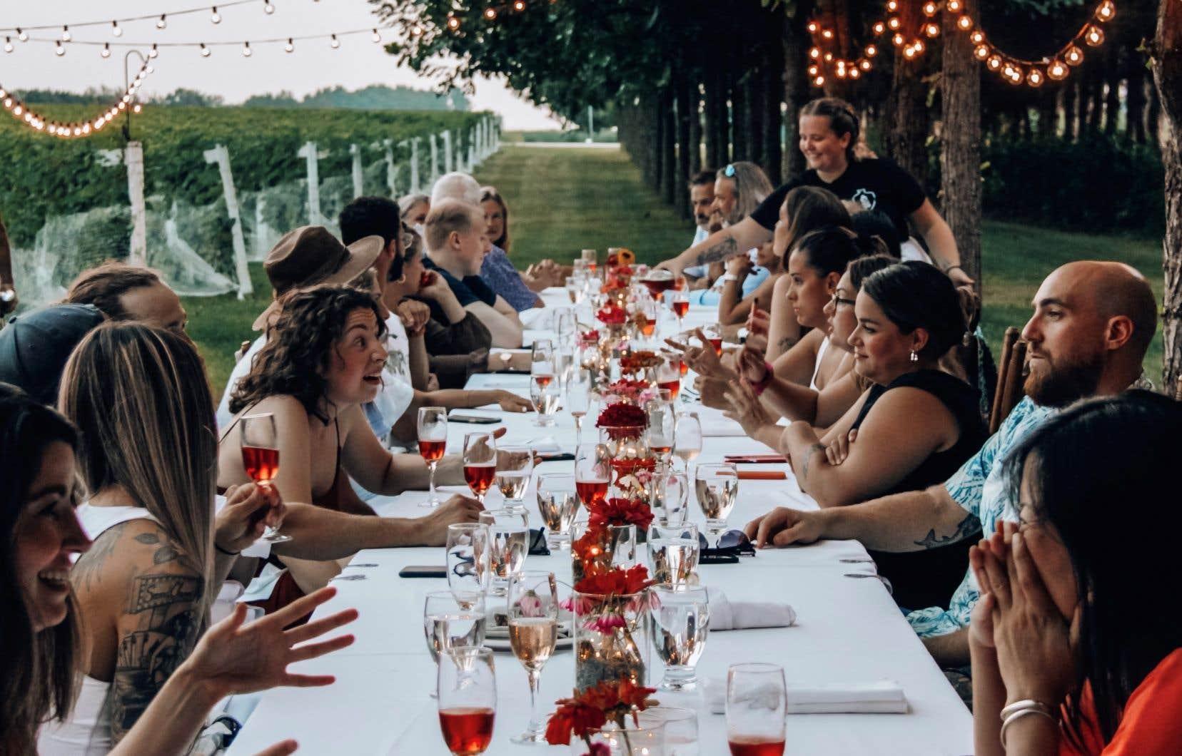 Des artisans du Québec ont conçu la Série gastronomique, qui propose des soupers de haut vol sur des terres agricoles. Sur la photo, on aperçoit celui qui a lieu les 20 et 21 août au Vignoble Saint-Thomas.