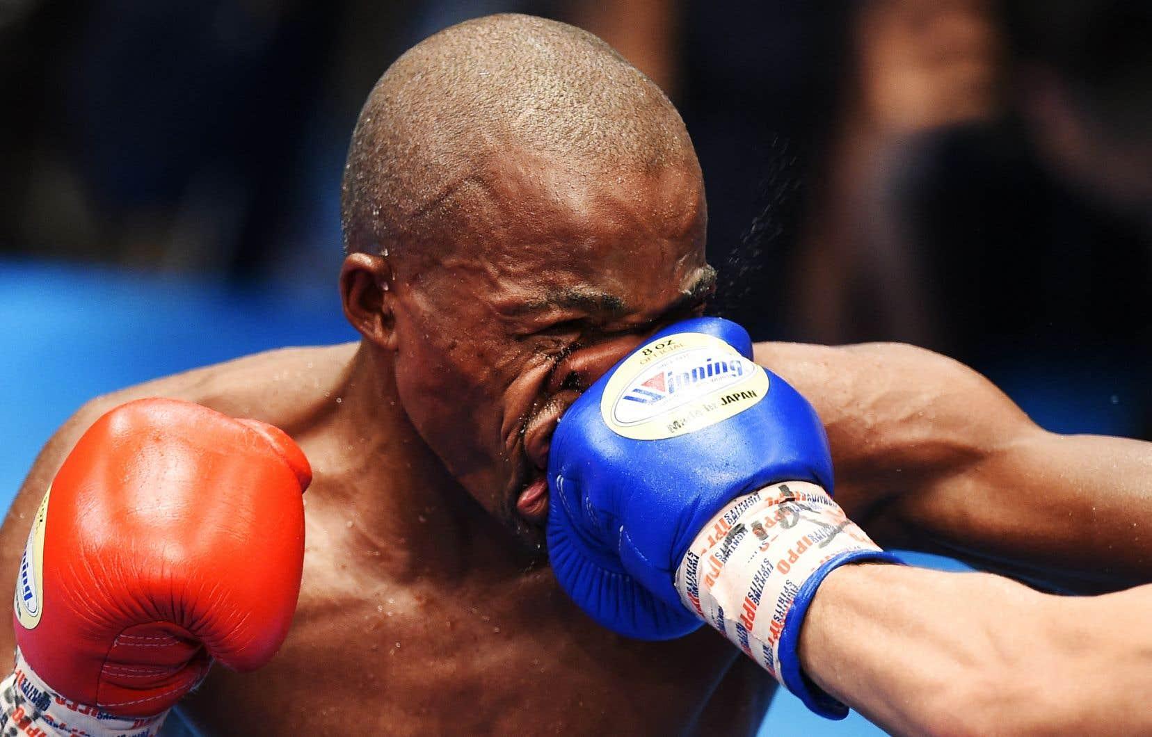 Le Sud-Africain Moruti Mthalane recevait un  coup du Japonais Masayuki Kuroda lors d'un match de boxe  à Tokyo en 2019.