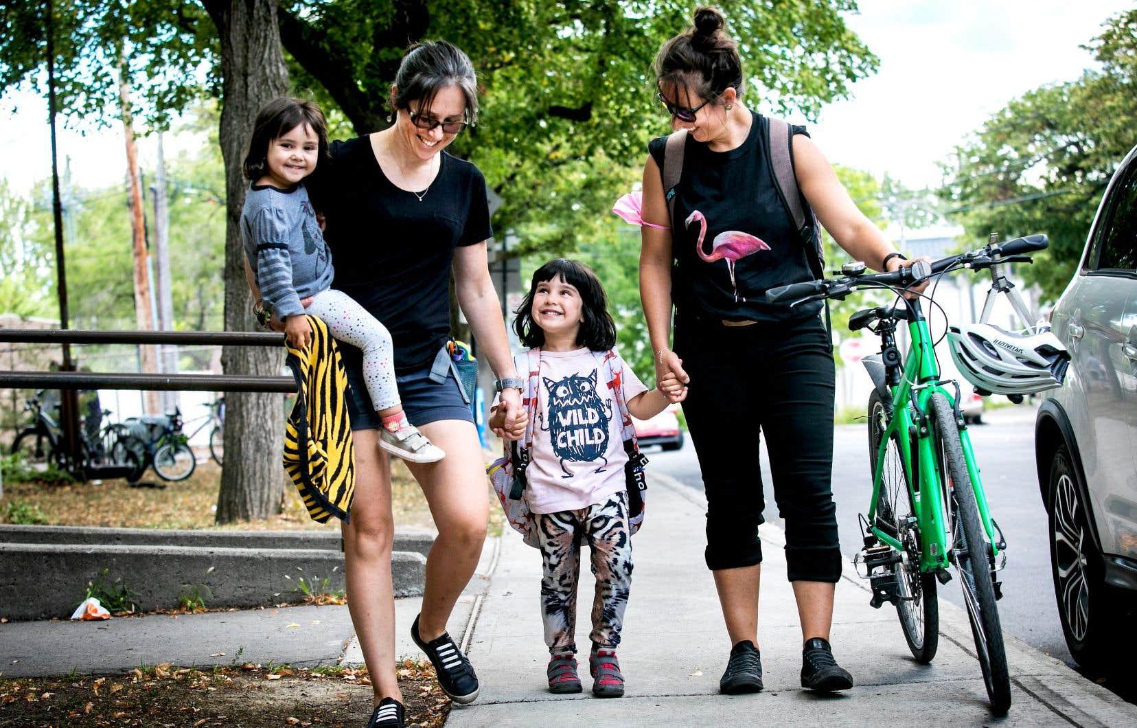 Anne-Gaëlle Habib (à gauche) et Julie Antoine avec leurs deux filles, Maëlle (au centre), cinq ans, et Alexie, trois ans