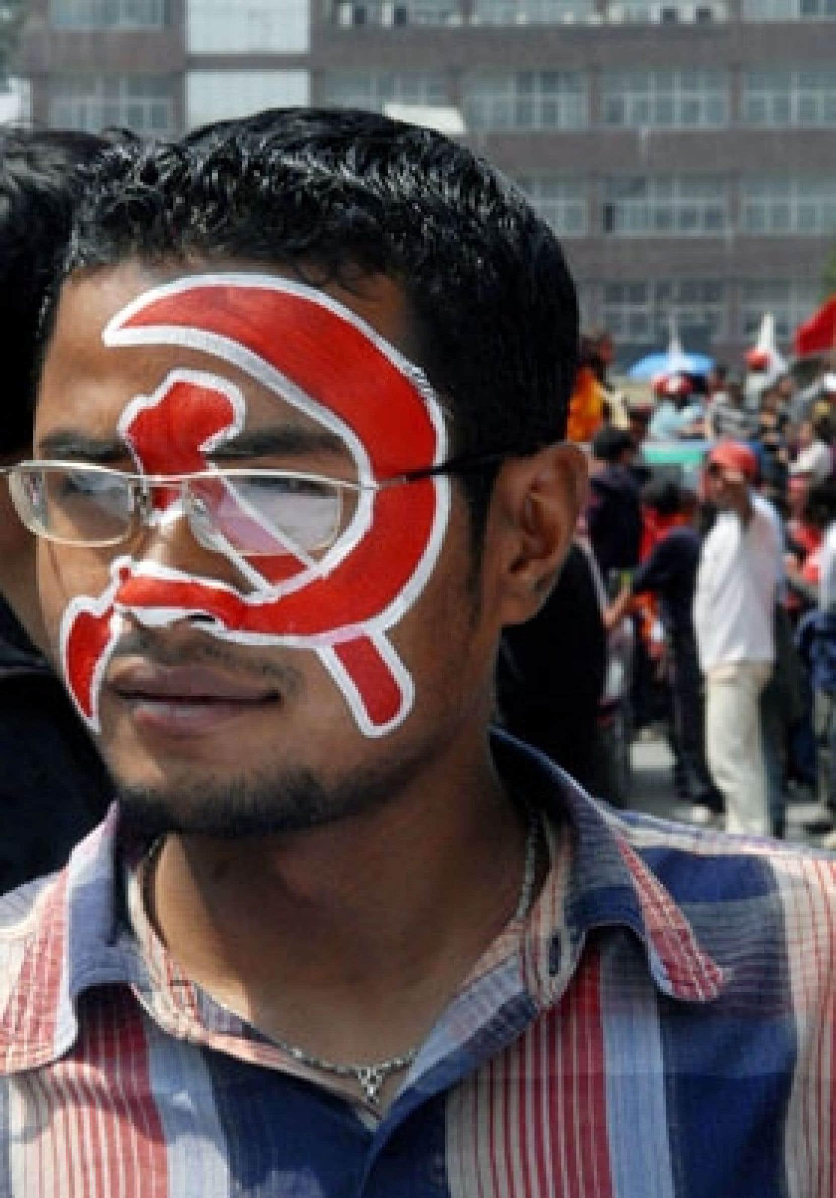 Un partisan des ex-rebelles maoïstes participe aux célébrations de leur victoire prévue.