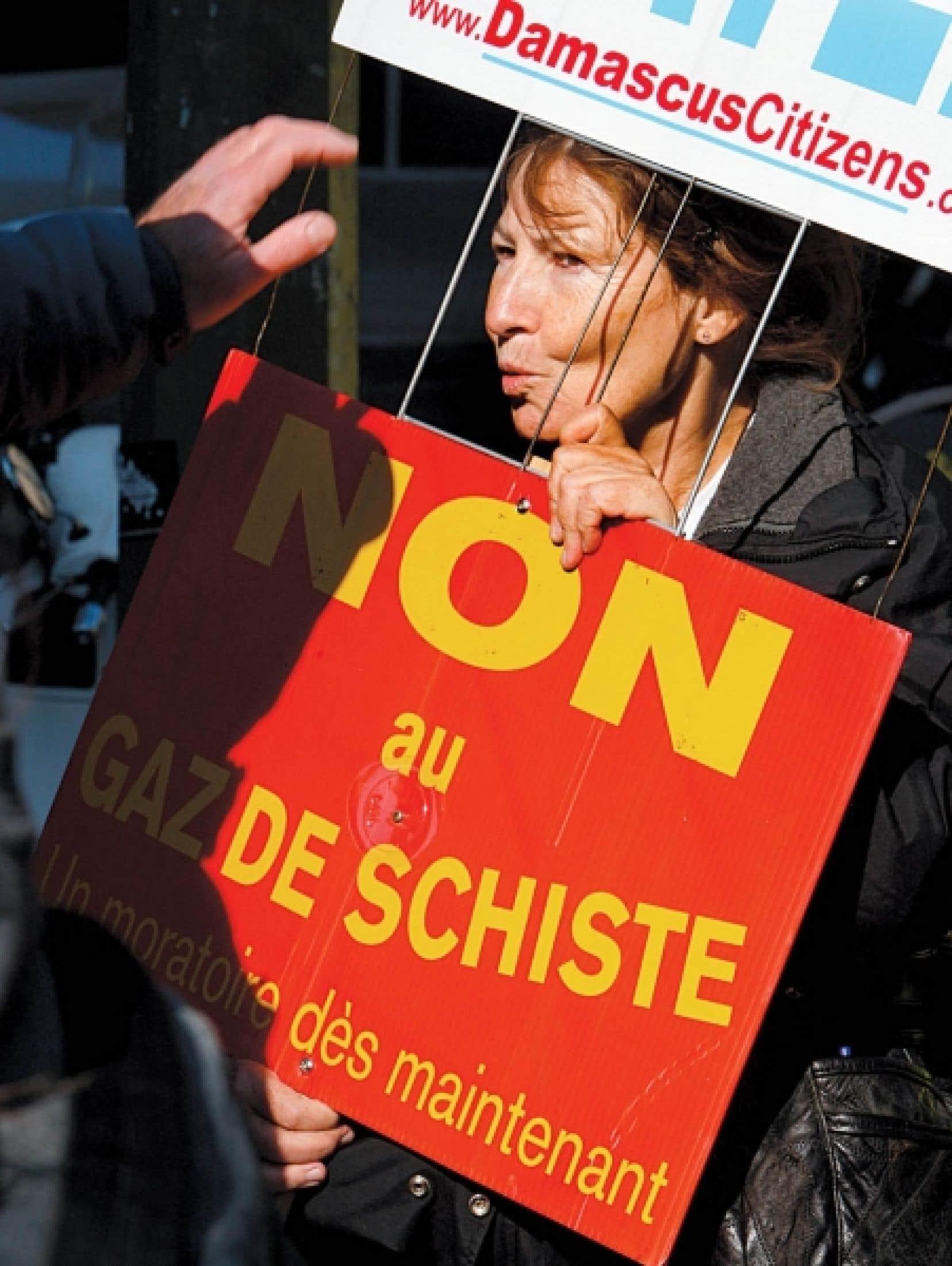 Quelques dizaines d'opposants au gaz de schiste ont manifesté hier devant le lieu où se réunissaient les représentants de l'industrie.<br />