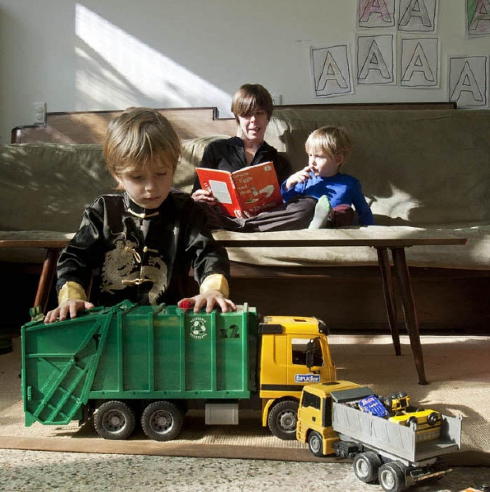 Sonya Olthof et ses deux fils, Eli et Tomek, au centre Communidée, dans le quartier Saint-Henri, à Montréal, où se réunissent des familles qui ont choisi l'école à domicile pour leurs enfants.<br />