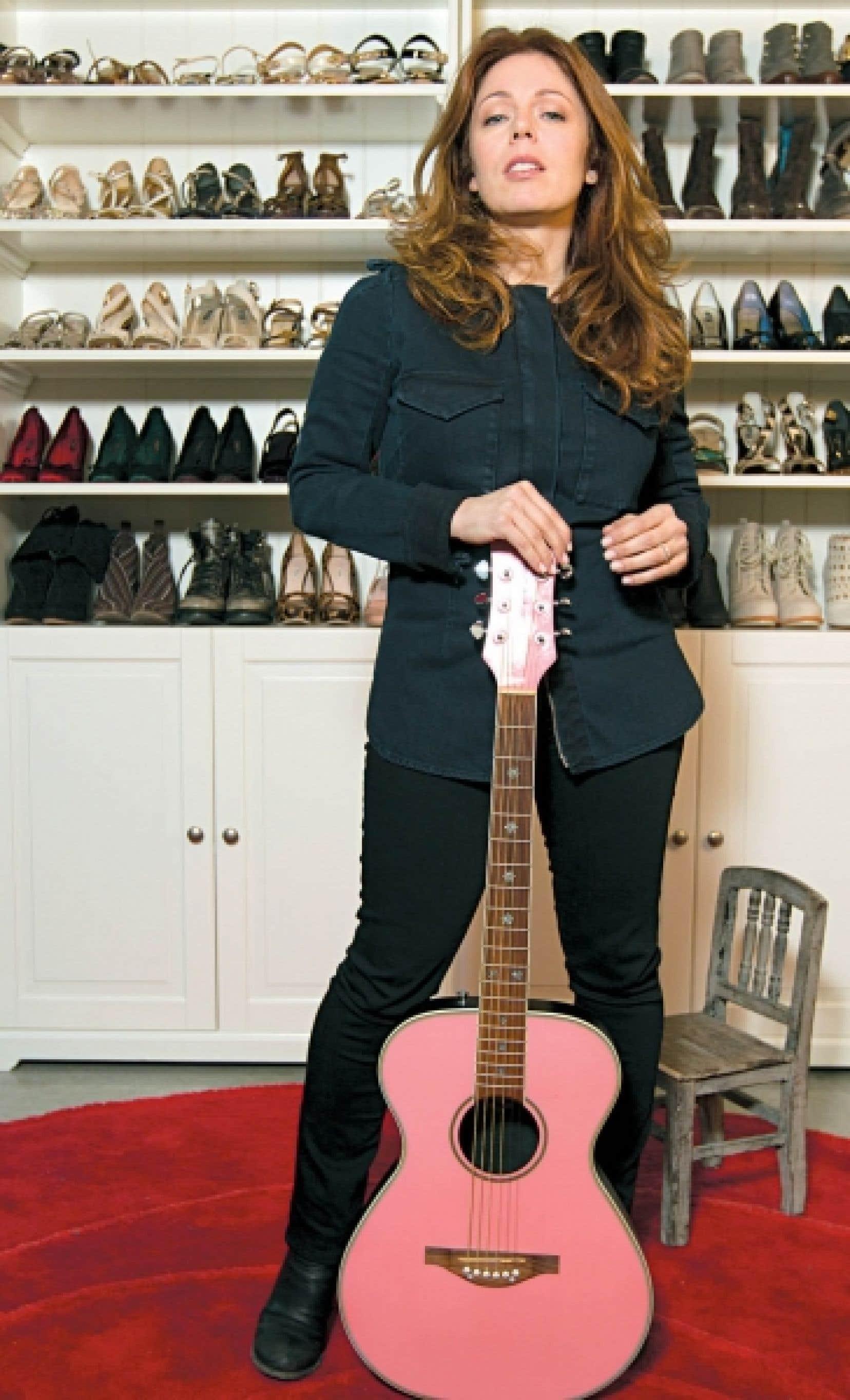 Dans l'atelier d'Isabelle Boulay, une étagère de souliers en entrant...et une vieille guitare avec laquelle, précise Isabelle, son réalisateur-arrangeur Benjamin Biolay a composé Voulez-vous l'amour?<br />