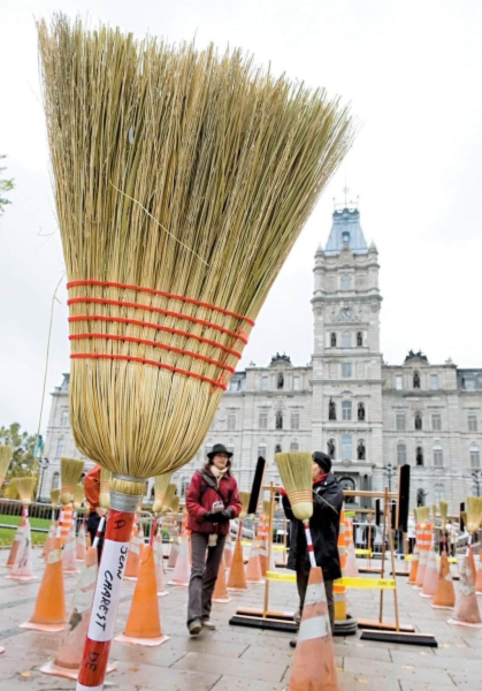 L'organisation Génération d'idées a eu l'idée récemment d'installer 260 balais devant l'Assemblée nationale, façon originale de réclamer une commission d'enquête sur l'industrie de la construction.