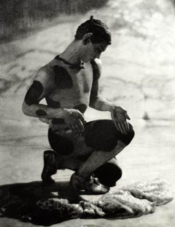 Les experts s'entendent sur le fait que les seules traces visuelles de Nijinski proviennent d'une série de photographies du baron Adolf de Meyer, parmi lesquelles figure celle-ci.