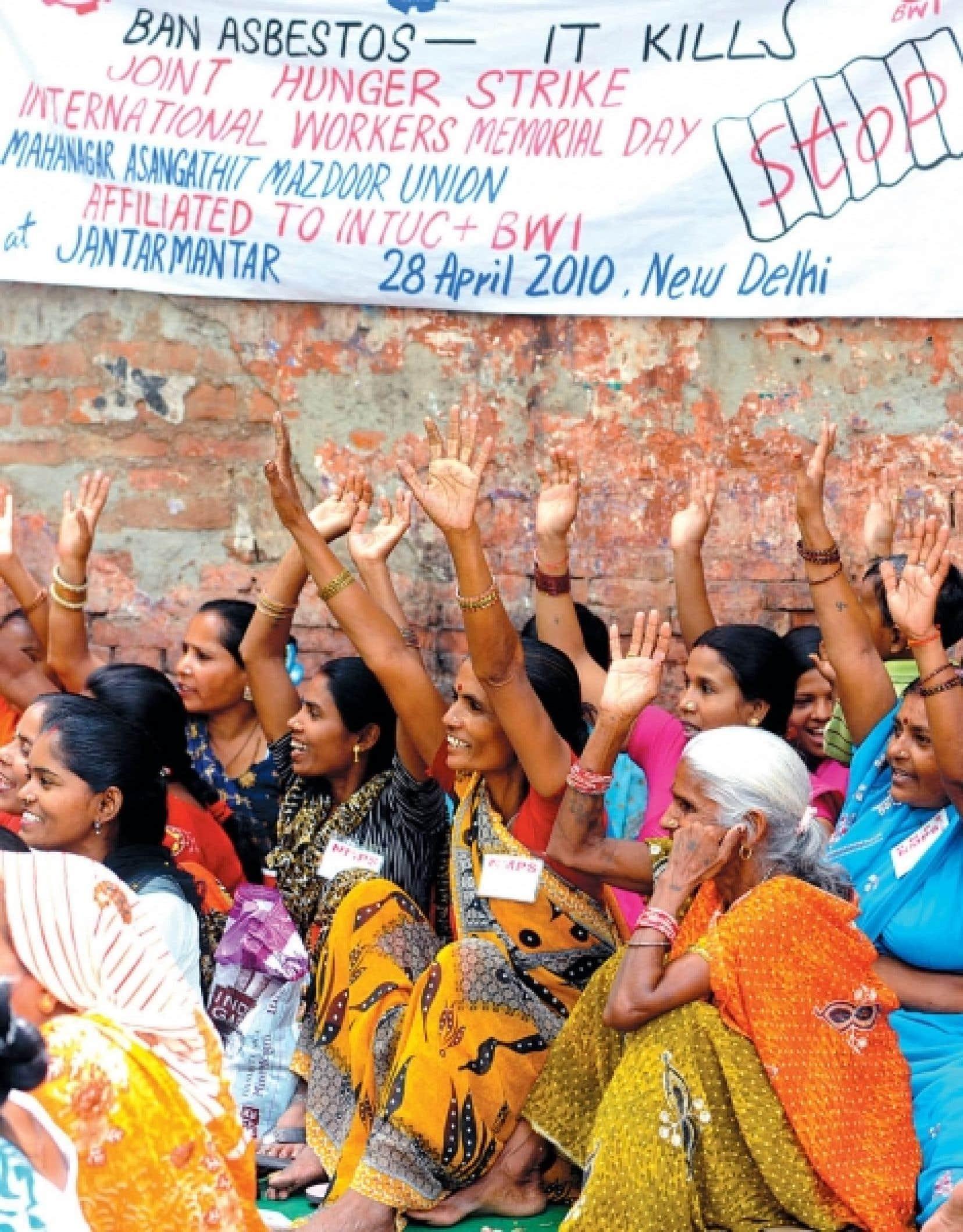 Des travailleurs de la construction manifestaient en 2010 à New Delhi contre l'utilisation de l'amiante.<br />