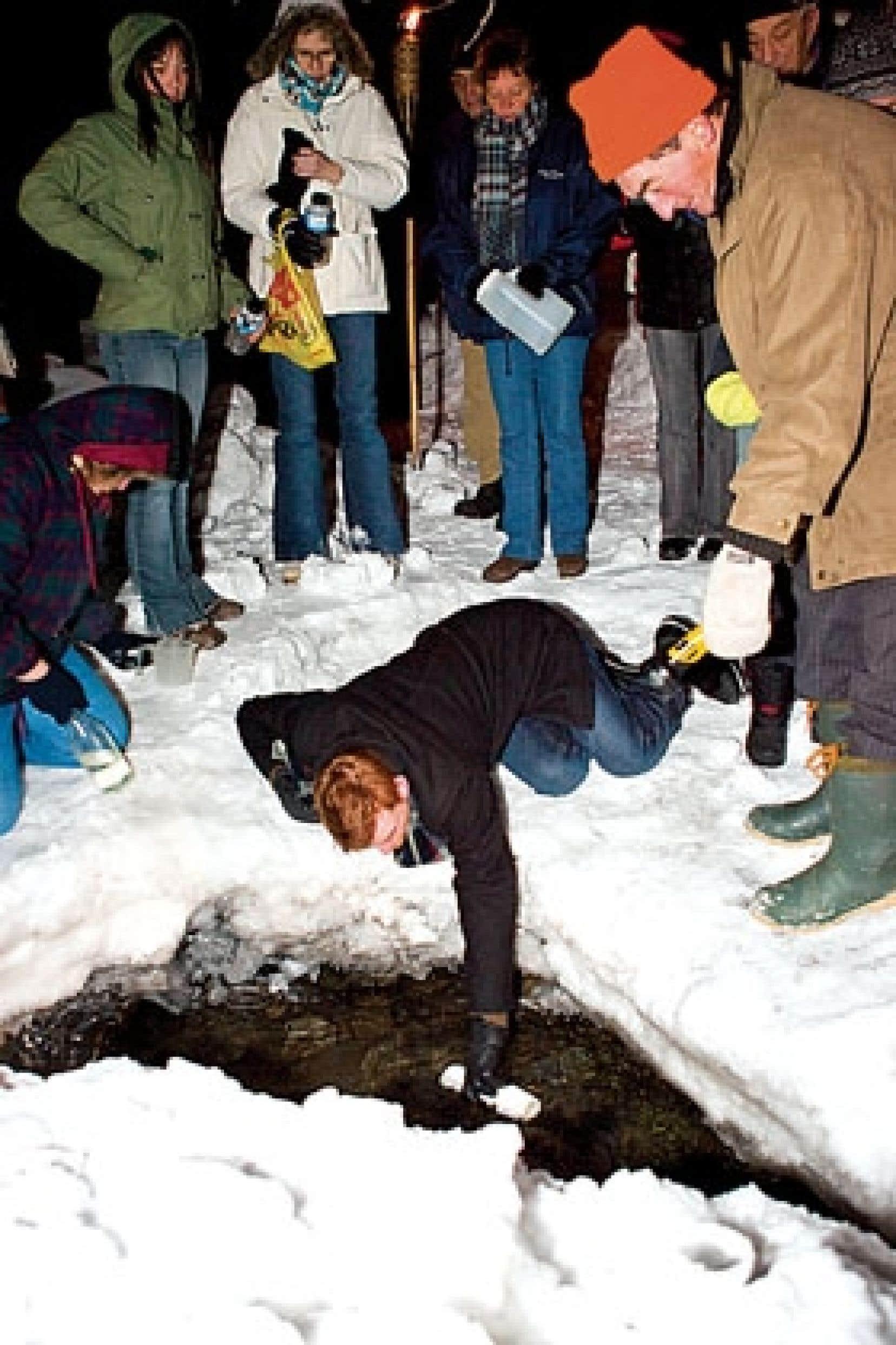Un à un, environ 150 personnes sont venues dimanche puiser l'eau de Pâques à Saint-Venant-de-Paquette.