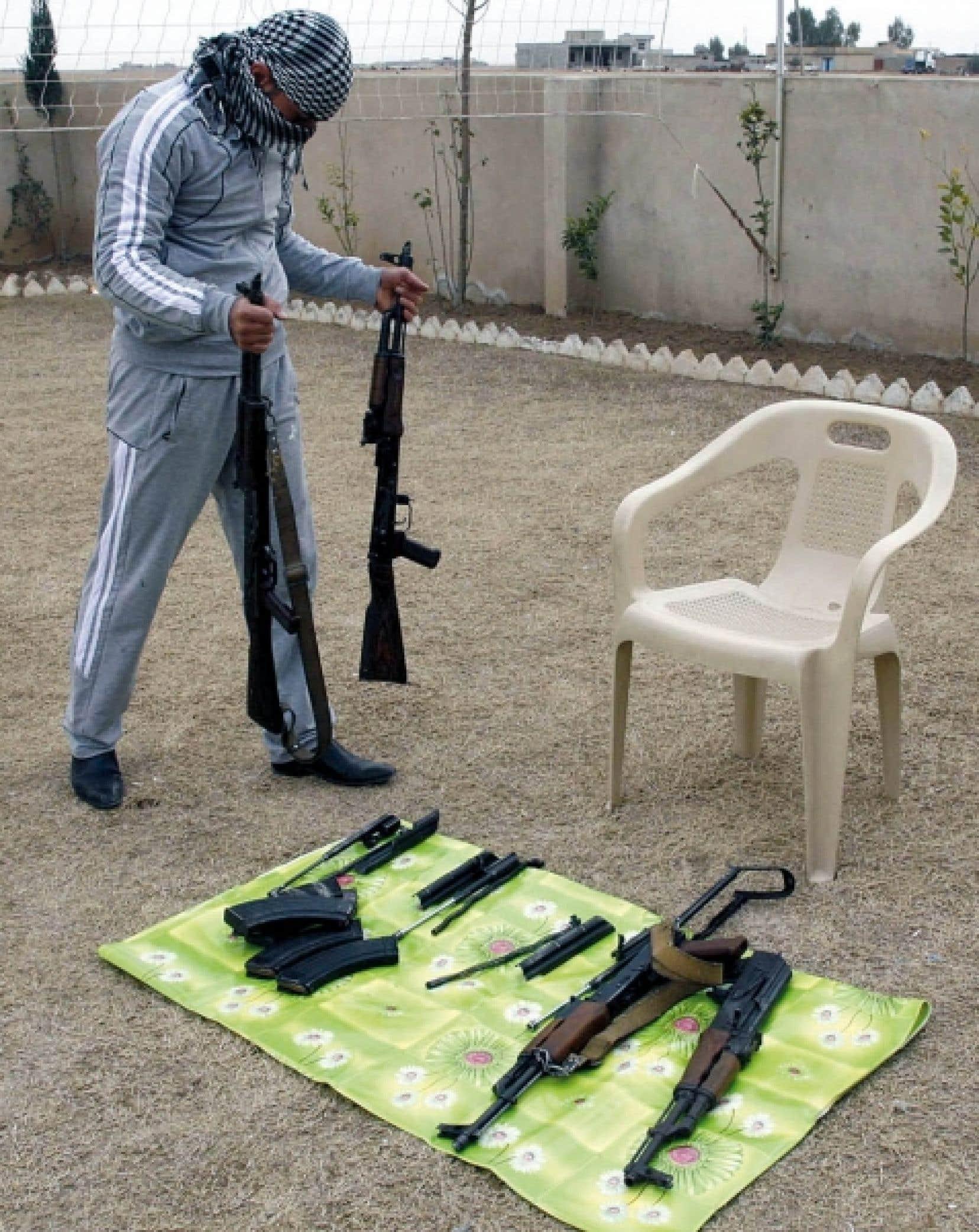 Un trafiquant irakien exposait hier sa «camelote» qui se retrouvera en Syrie.<br />