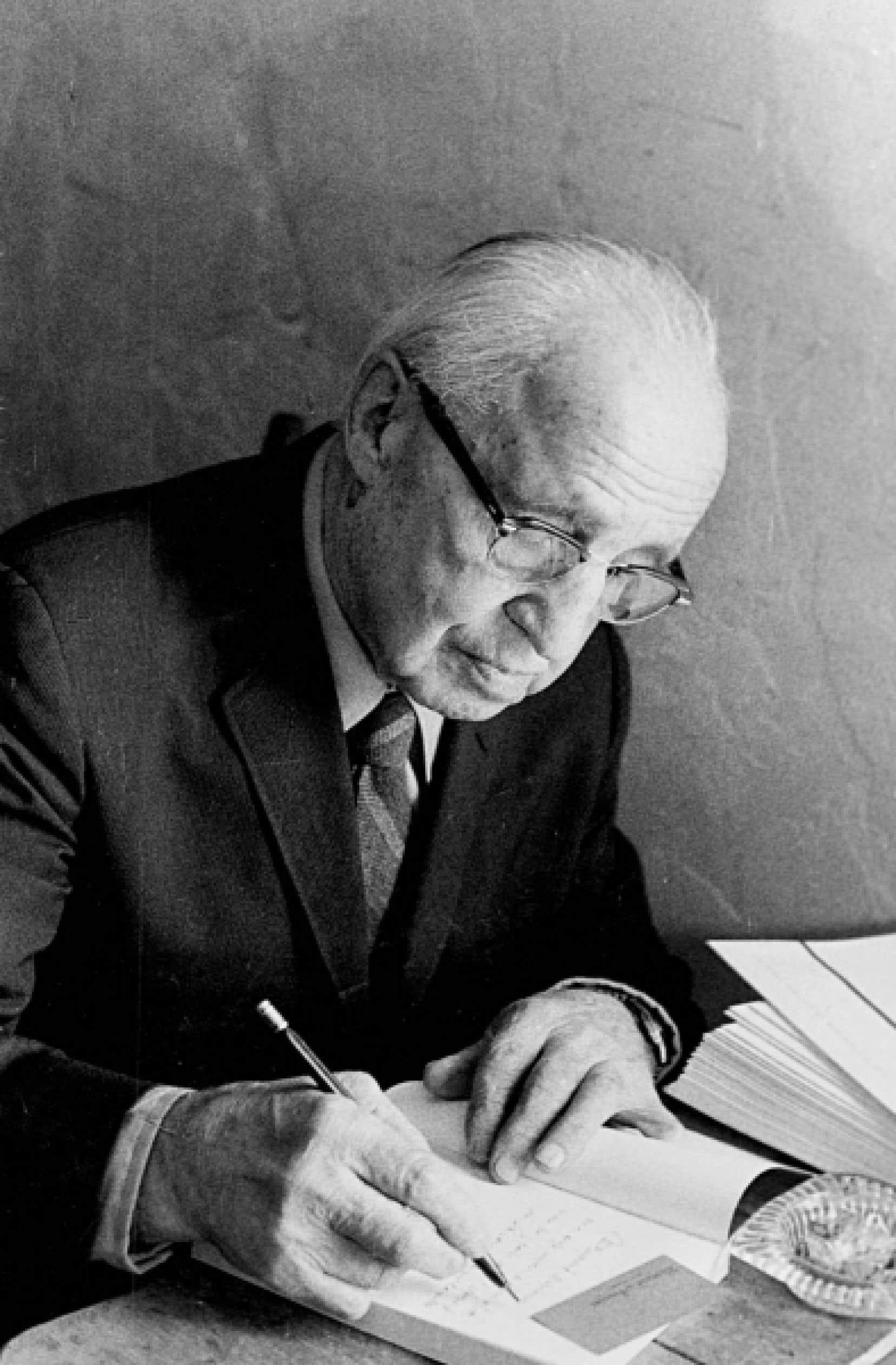 Eug&egrave;ne Achard (1884-1976), auteur de quelque 80 livres, fut aussi fondateur de revues p&eacute;dagogiques biblioth&eacute;caire, &eacute;diteur et libraire. <br />