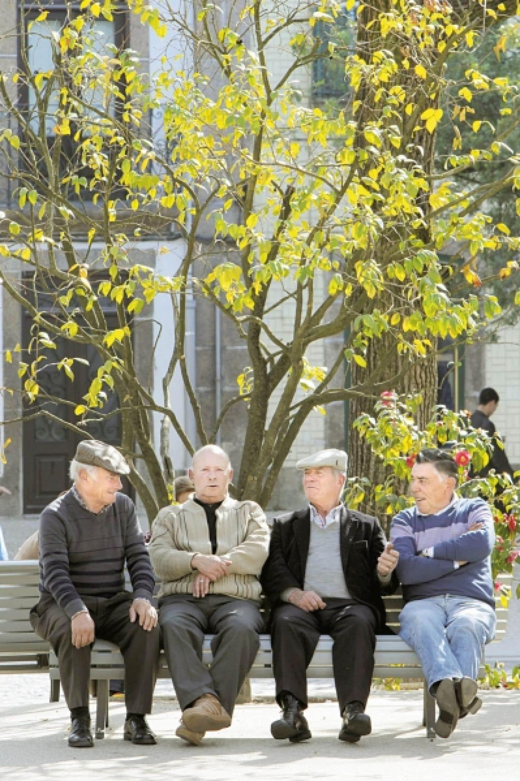 Québec prévoit injecter 727 millions de plus d'ici 2017 pour le soutien à domicile aux aînés et créera une nouvelle mesure incitative pour garder les personnes de 65 ans et plus sur le marché du travail.<br />