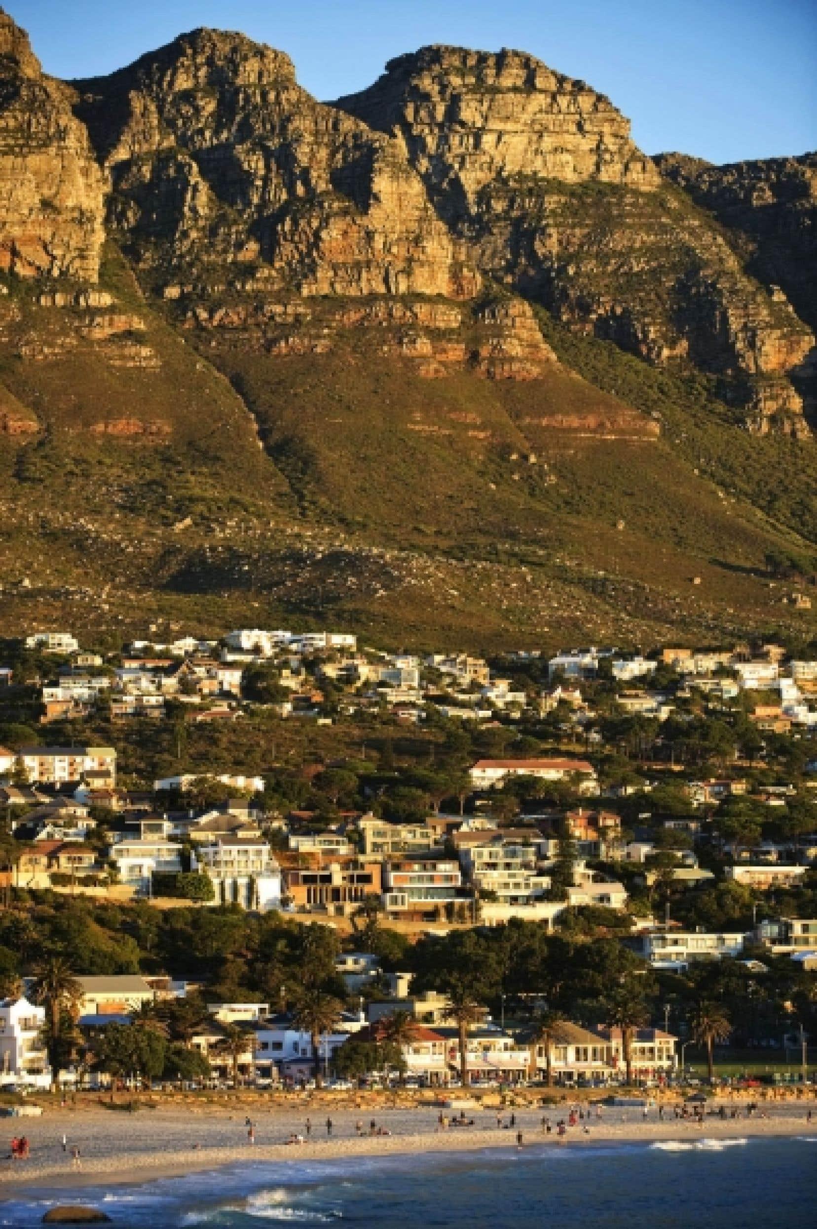 La plage de Camps Bay en banlieue de Cape Town, en Afrique du Sud.<br />