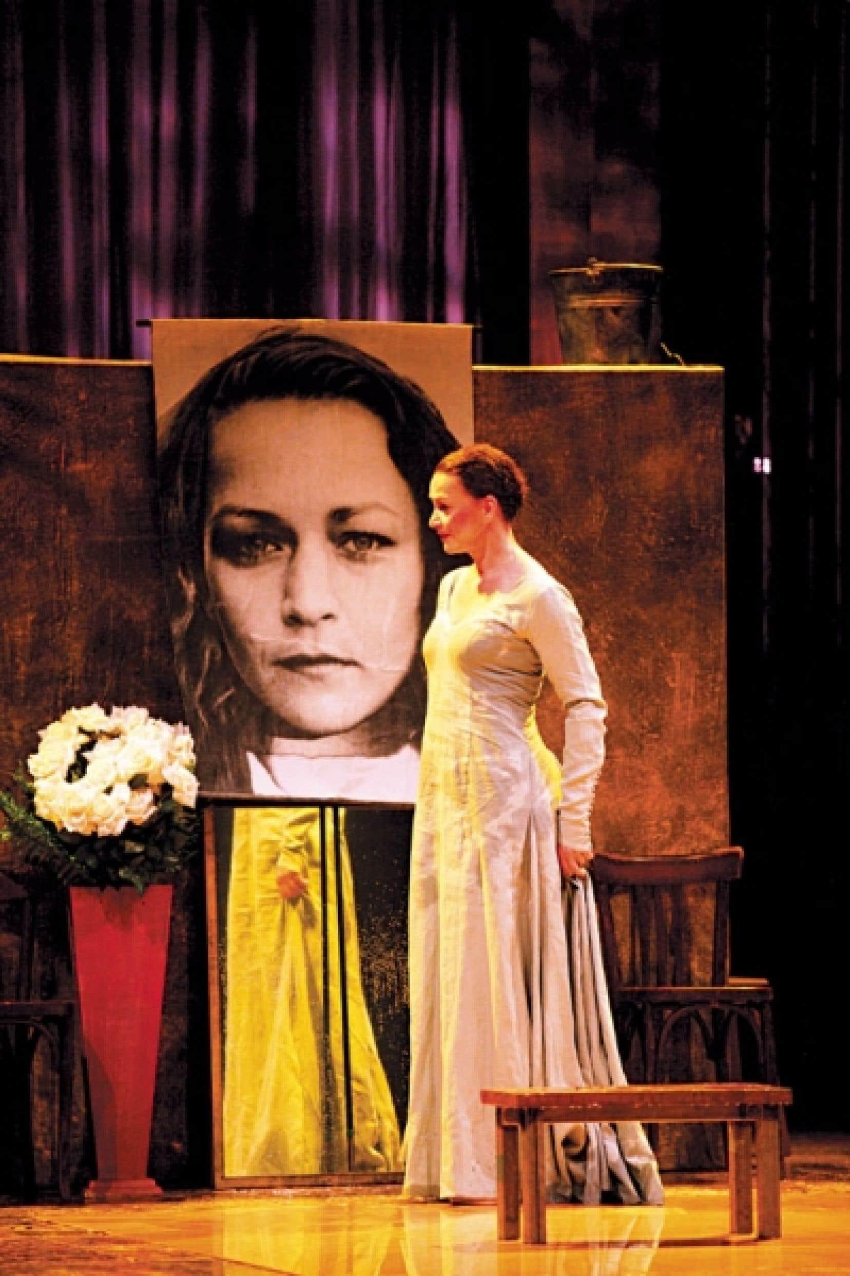 Sylvie Drapeau fait montre d'une prestance de reine en Déjanire.