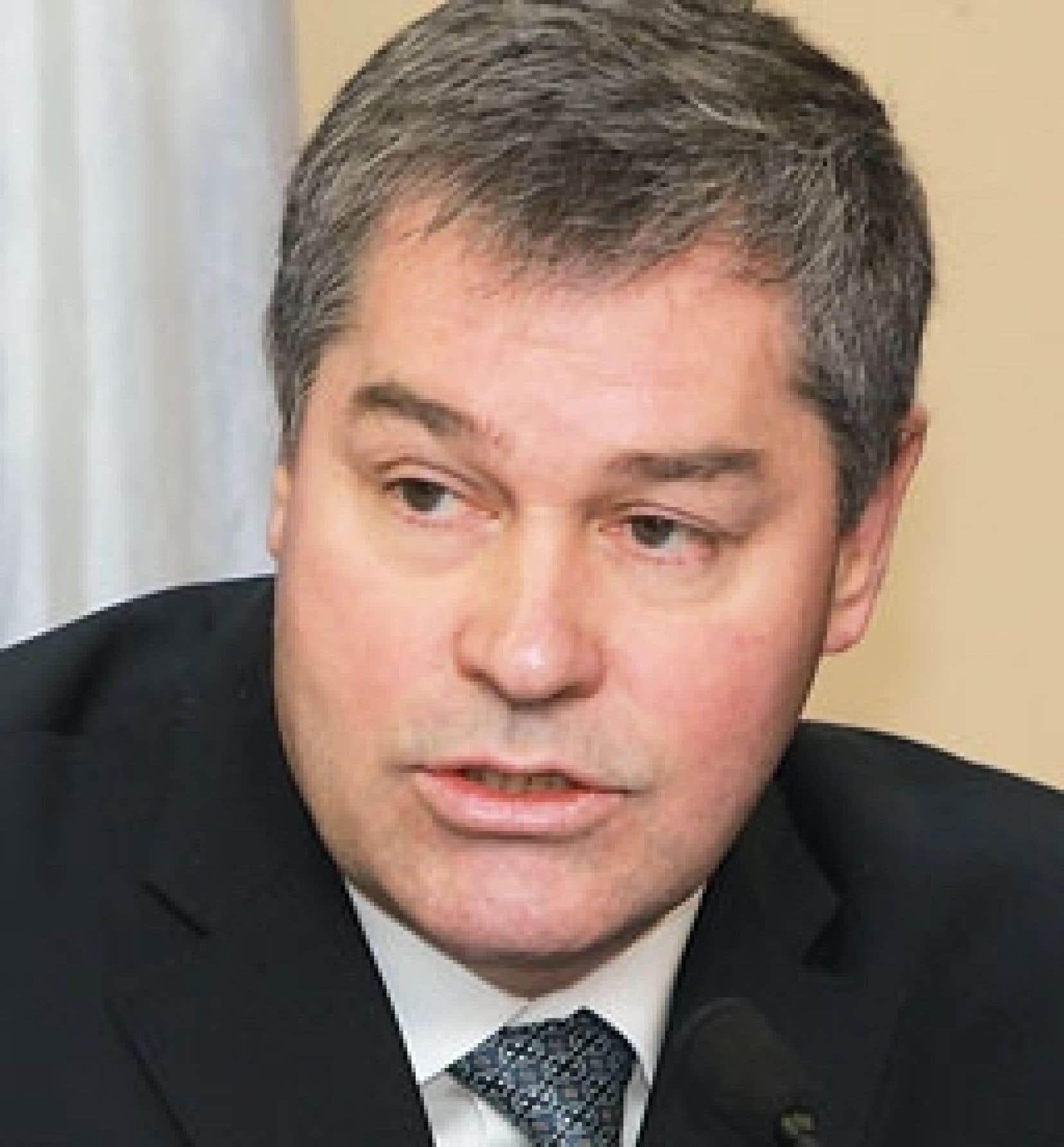 M. Bolduc a donné instruction à la Régie de l'assurance maladie du Québec de prendre la relève « temporairement » et de financer les soins médicaux et pharmacologiques des demandeurs d'asile qui ne seront désormais plus couverts par Ottawa.