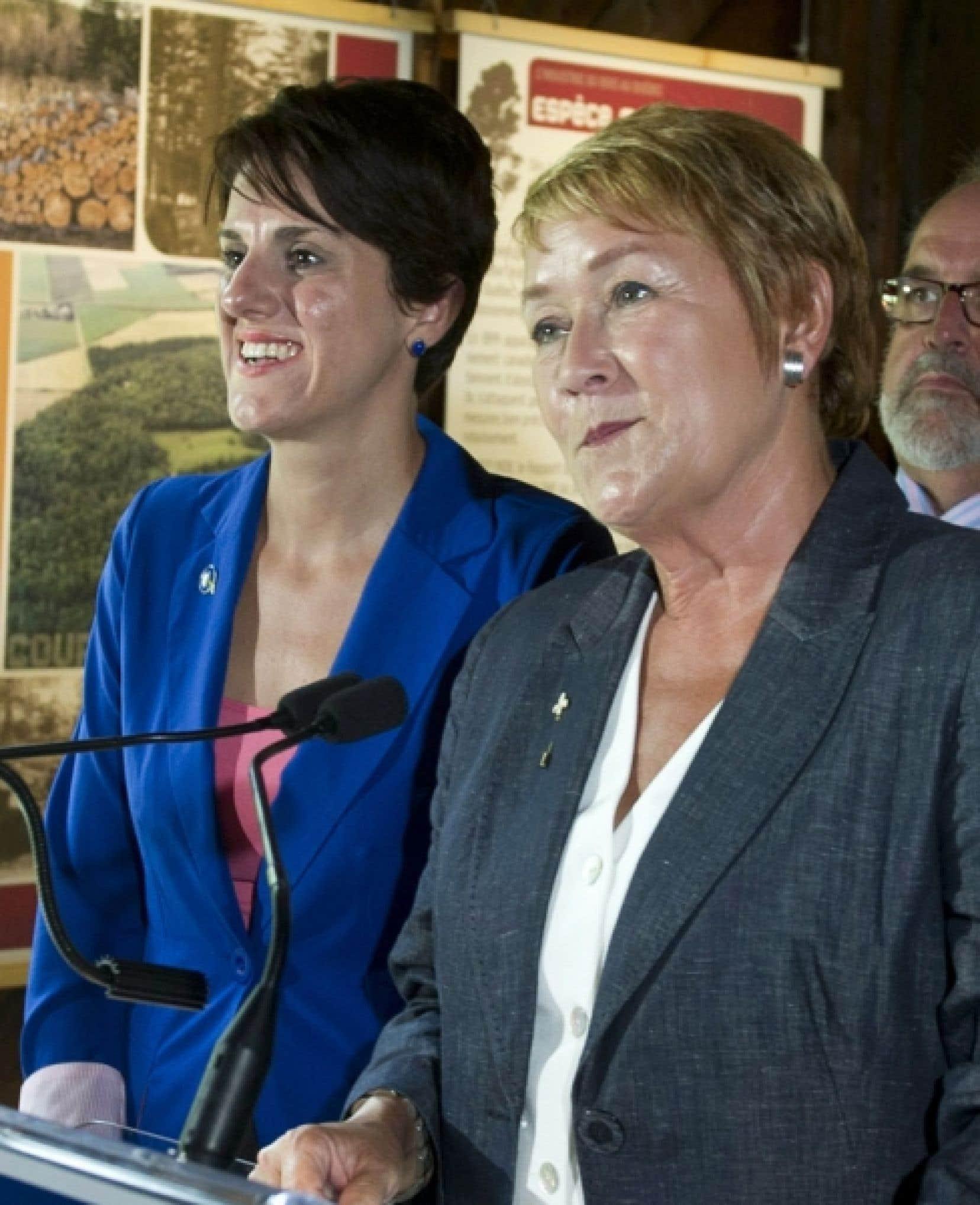 La candidate du Parti québécois Djemila Benhabib à Trois-Rivières, mardi, en compagnie de Pauline Marois