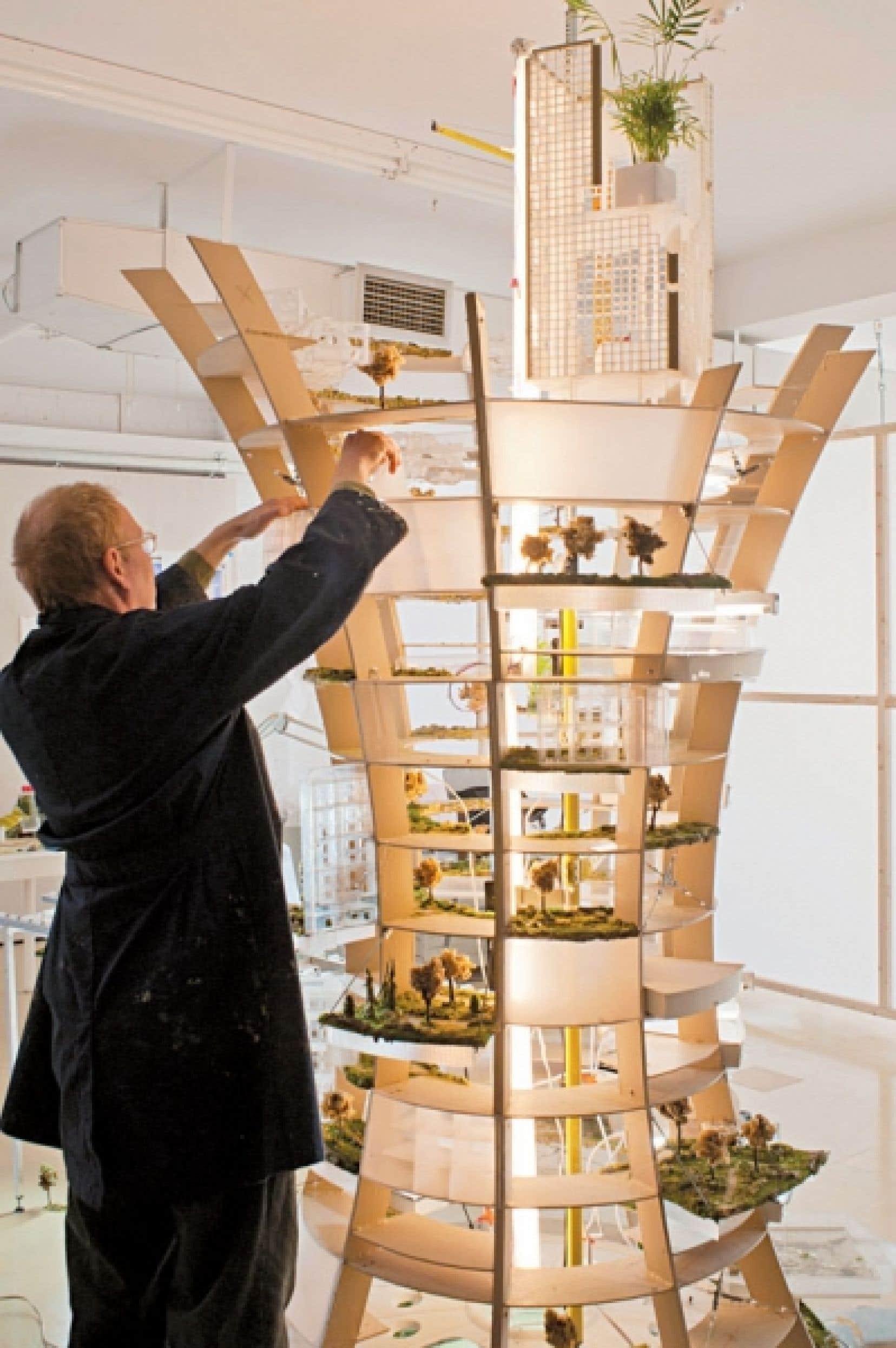 Daniel Corbeil travaillant sur sa tour Cité laboratoire