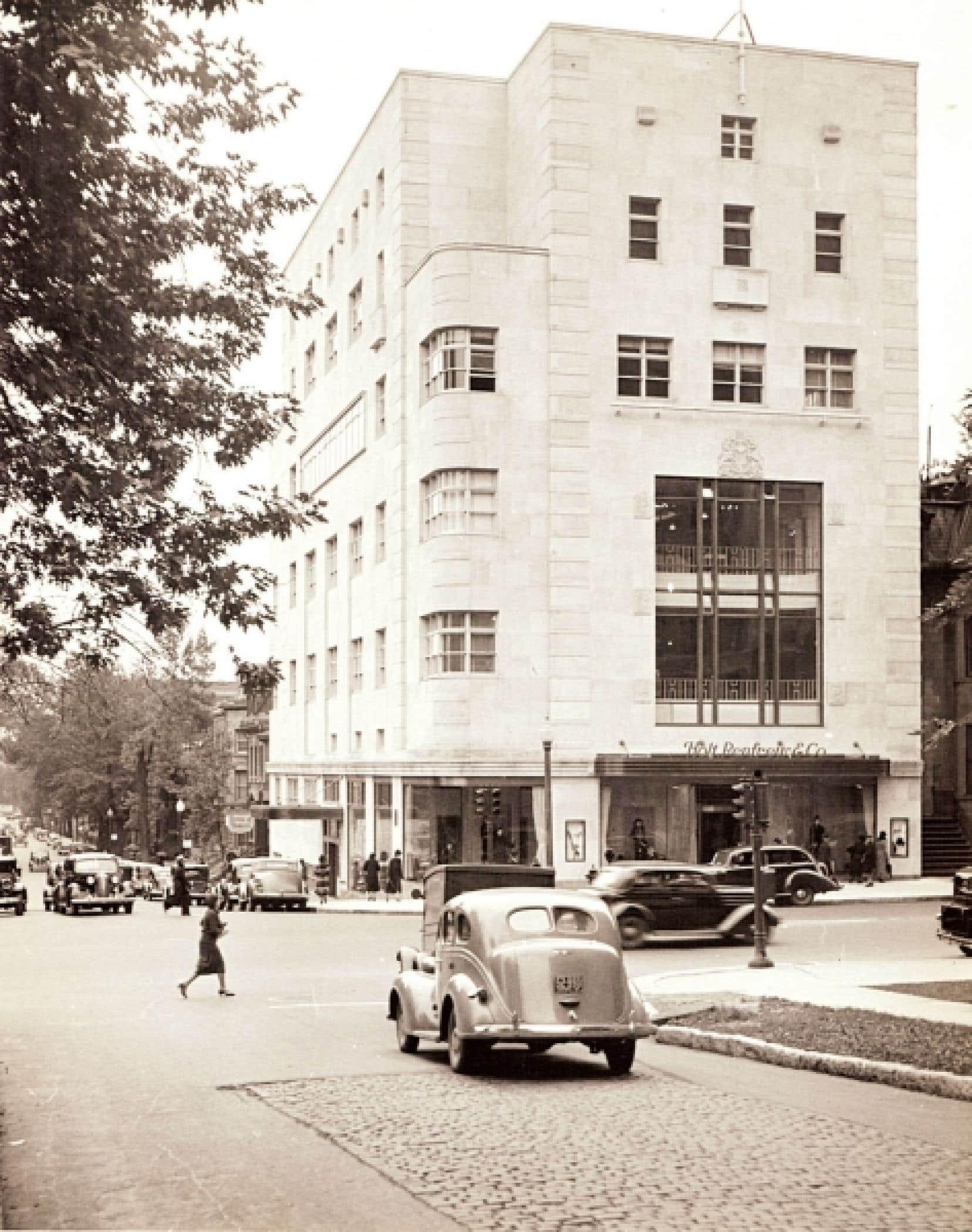 Le magasin Holt Renfrew de Montréal, à l'angle des rues De la Montagne et Sherbrooke, autour de 1937. À droite : la robe à basque Victoria, Alice + Olivia, de la collection spéciale Magenta créée exclusivement pour les 175 ans de la compagnie et qui sera disponible pour une durée limitée.
