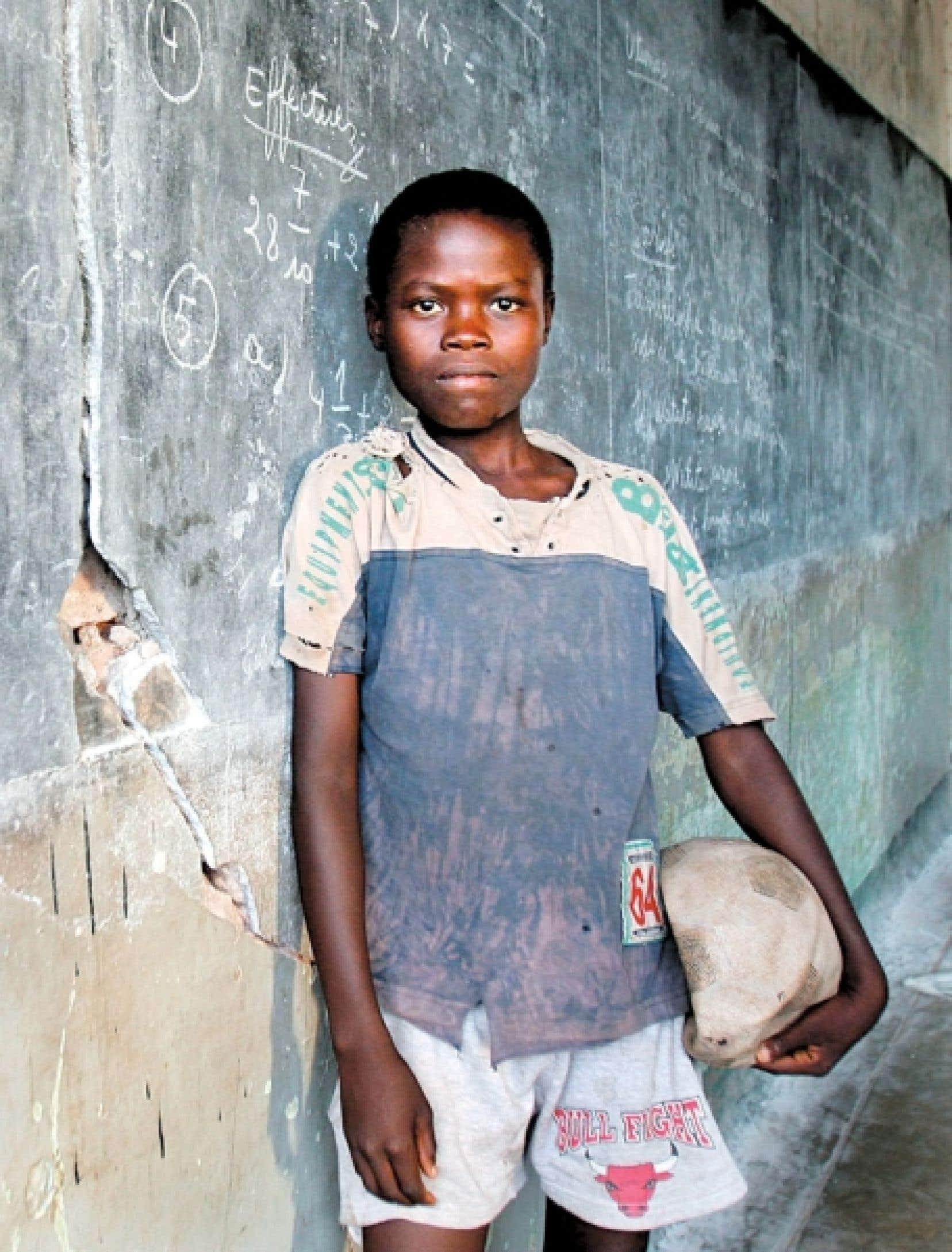 Un élève d'une école primaire de la République démocratique du Congo, photographié en 2005. «Il y a au Congo une envie d'étudier énorme», dit l'auteur de Congo, une histoire, David Van Reybrouck.