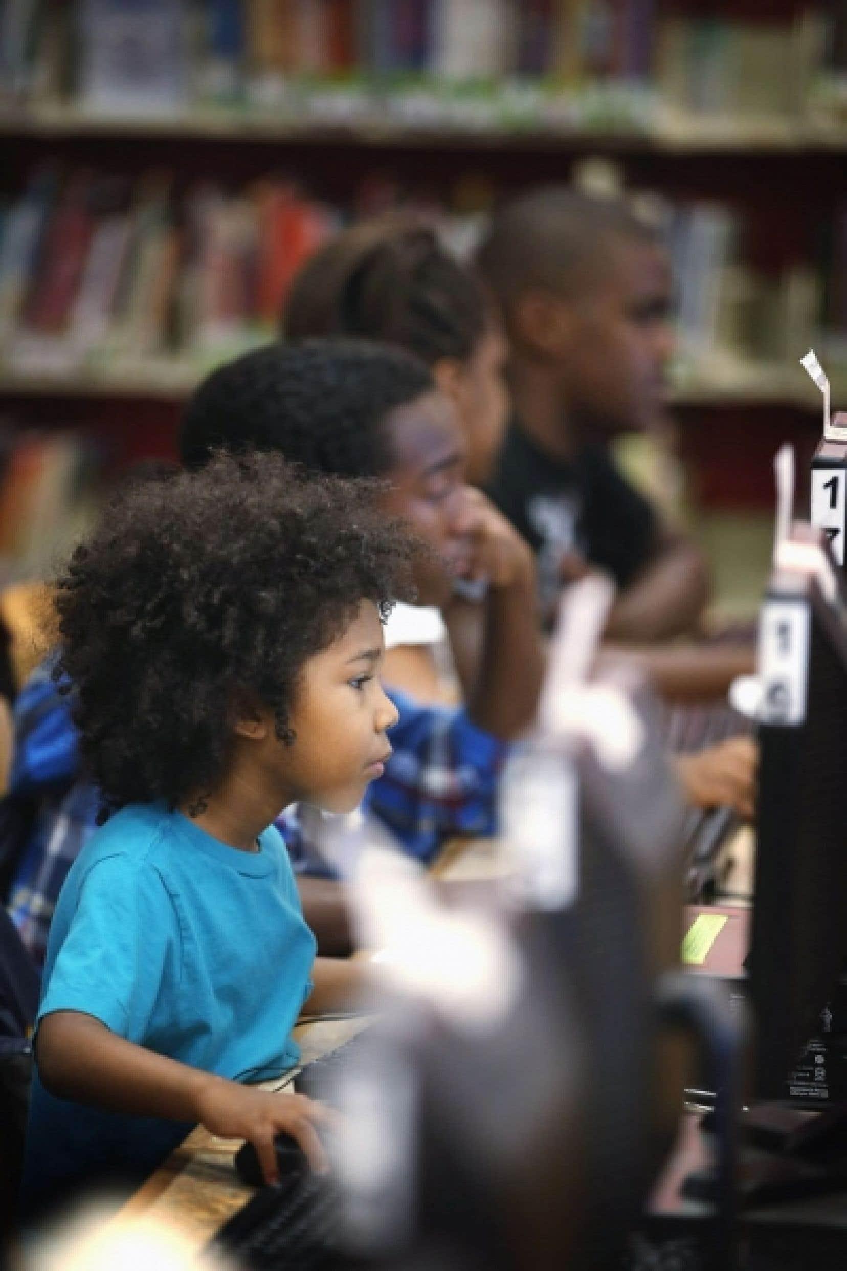 Des enfants utilisent les ordinateurs d'une bibliothèque publique à Chicago. L'ONU considère désormais l'accès à Internet comme un droit humain.
