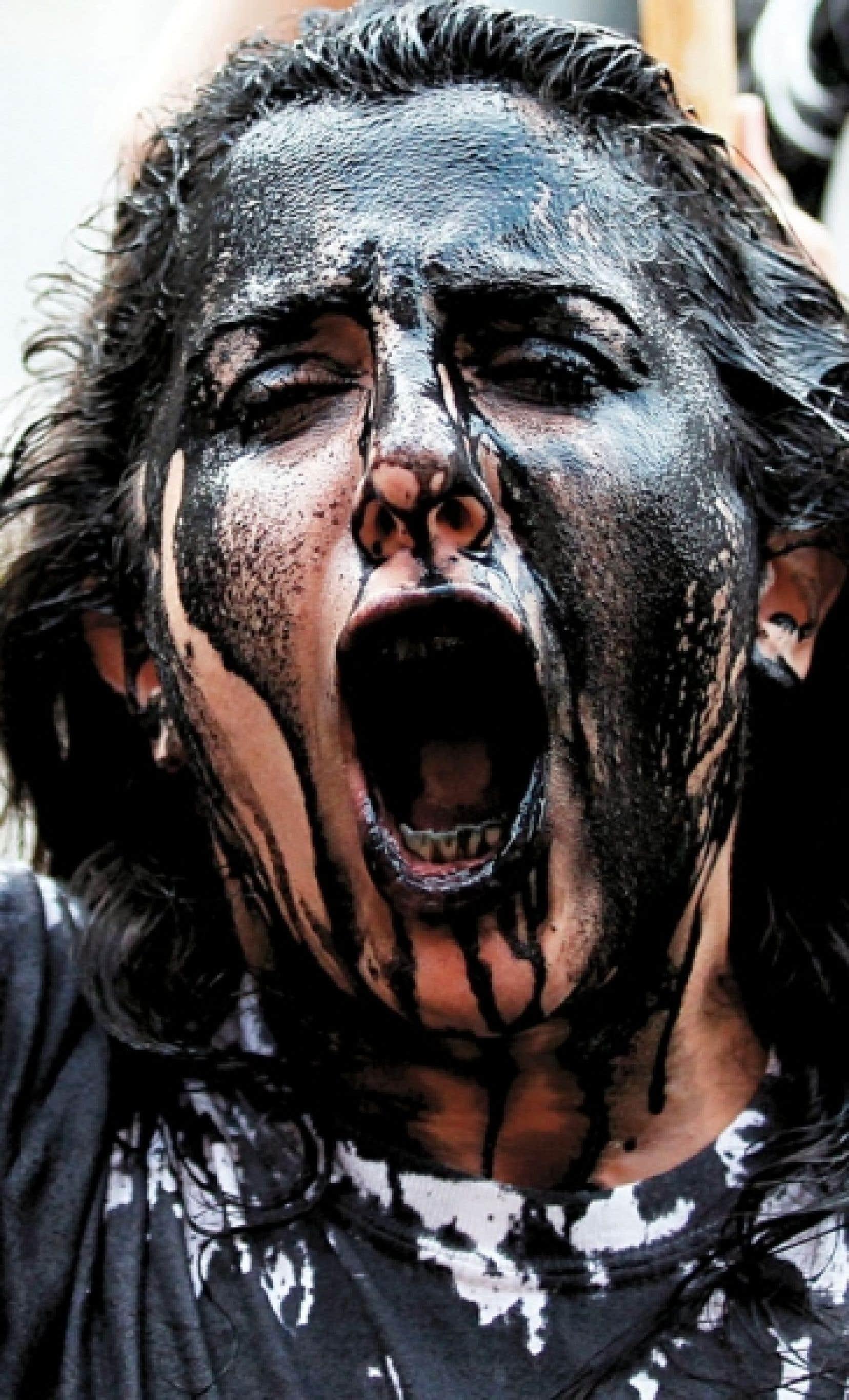 De nombreux citoyens américains avaient protesté contre BP - certains s'enduisant les cheveux et le visage avec une imitation d'huile - à la suite de l'explosion de la plateforme pétrolière Deepwater Horizon, en 2010. BP continue aujourd'hui de payer le prix de son incurie, le gouvernement américain l'ayant exclu des contrats fédéraux.
